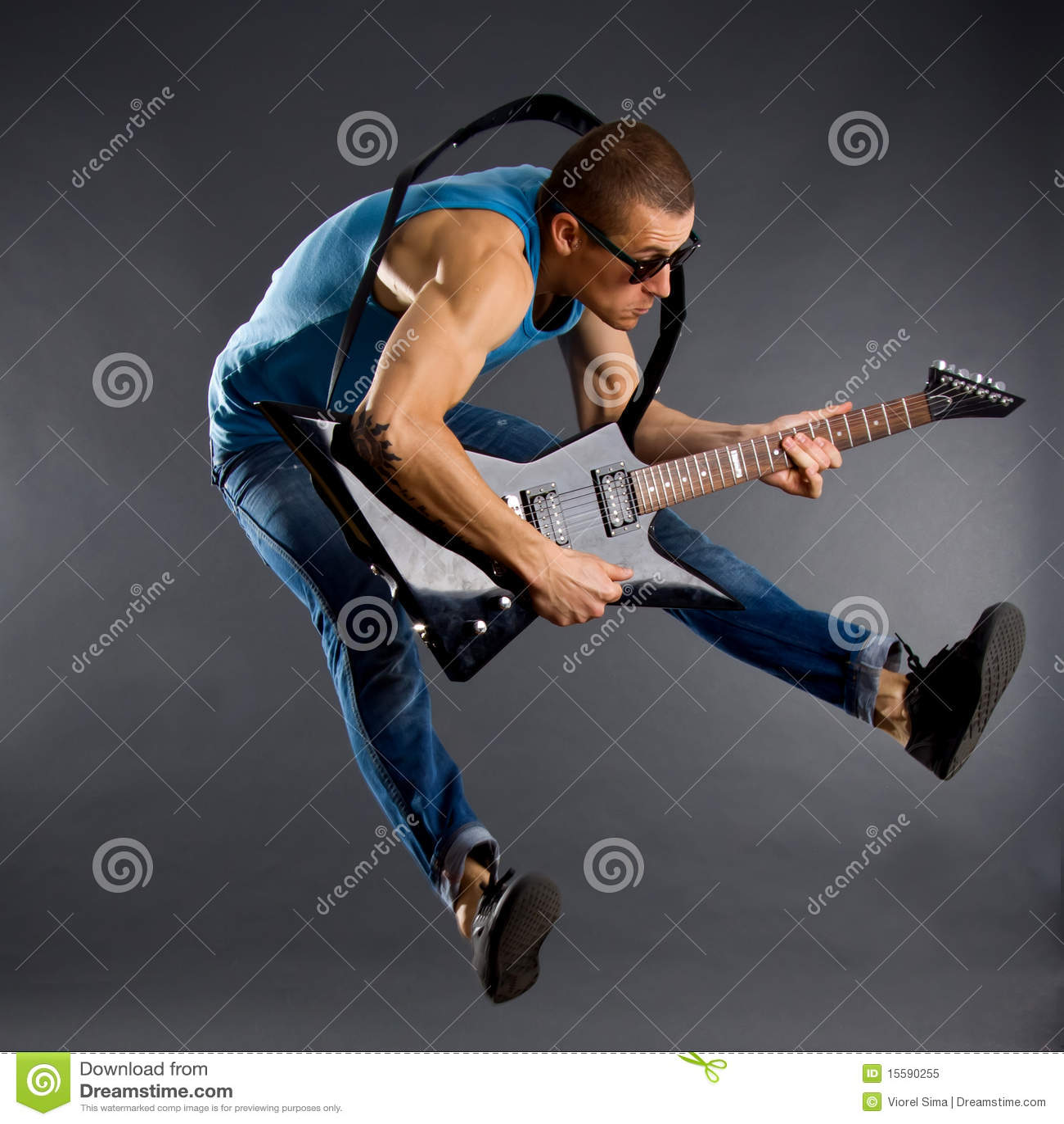 Gitarrenspieler springt