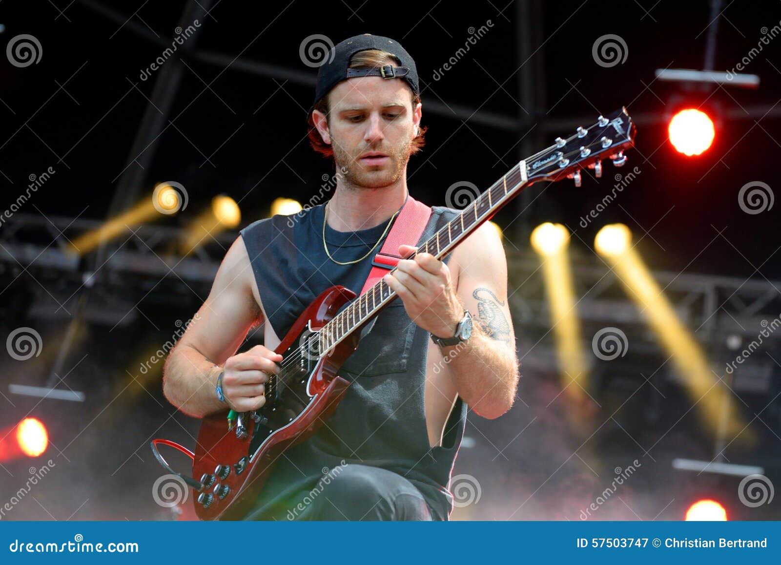 Gitarrist av Albert Hammond, Jr (musikband) utför på FIB festivalen