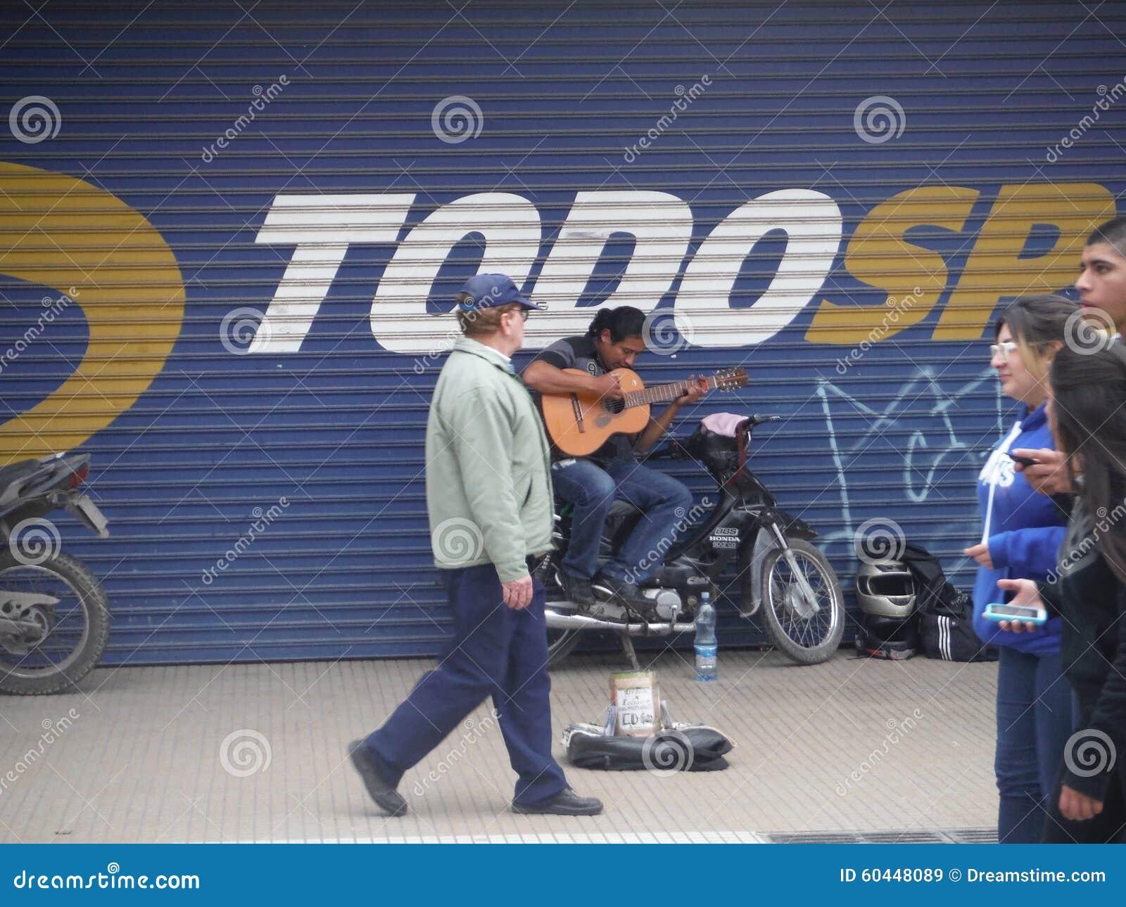 Gitarrist för spanjor för gata för San Miguel de Tucumà ¡ n