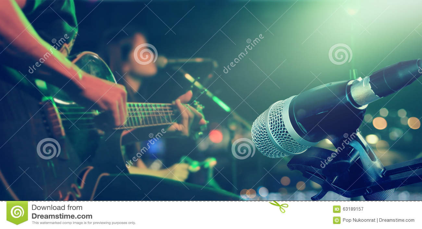 Gitarrist på etapp med mikrofonen för bakgrund, mjukt och suddighet