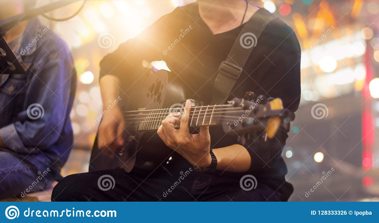 Gitarrist på etapp och sångare i en konsert för bakgrund
