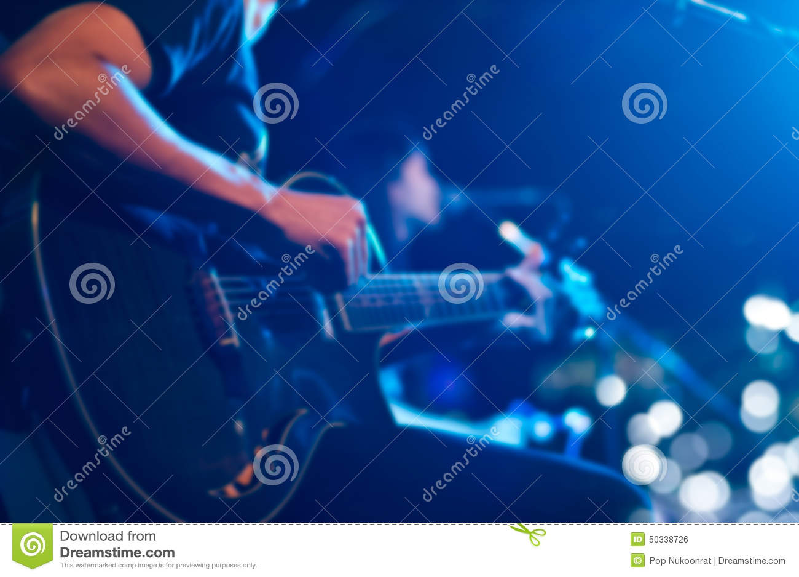 Gitarrist på etappen för mjuk och suddighetsbegrepp för bakgrund,