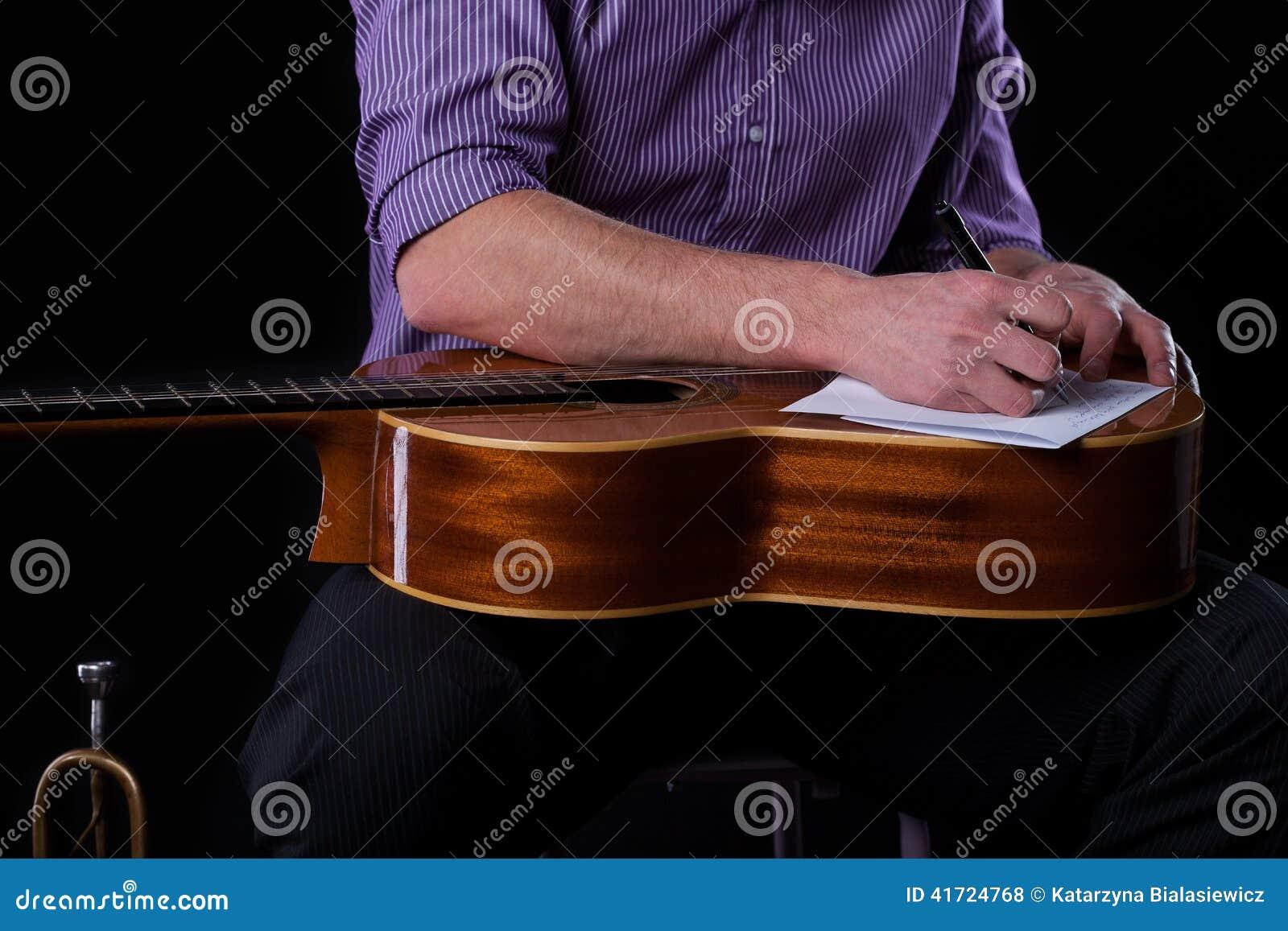 Gitarrist som skriver en sång