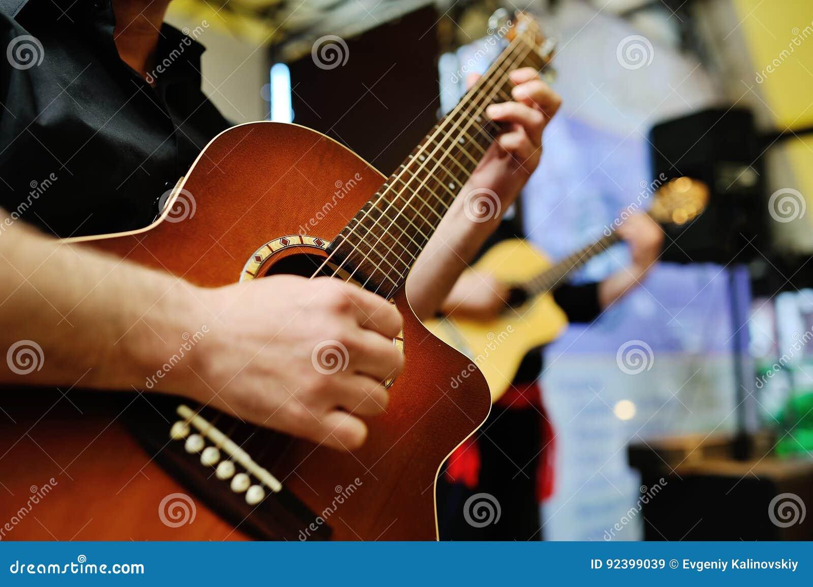 Gitarrmusiker som leker två