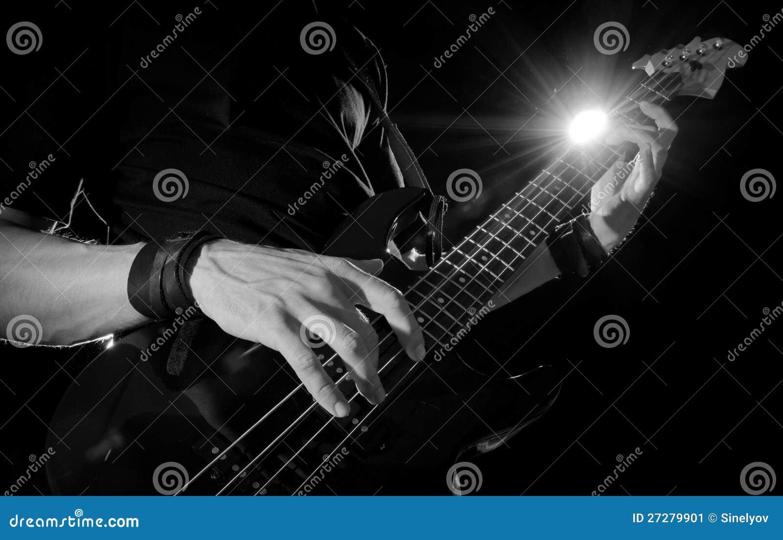 Gitarrspelare med elbasen