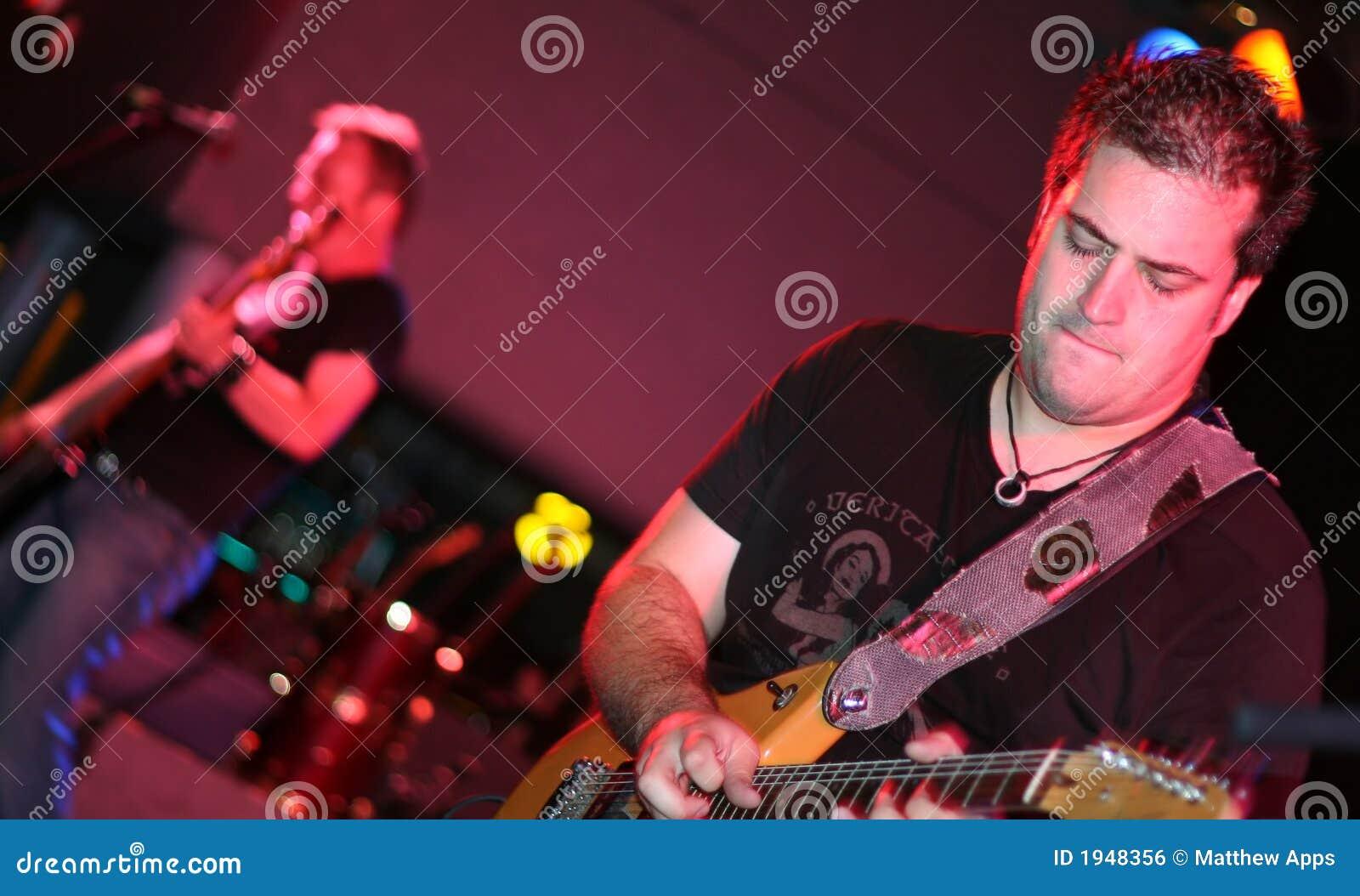 Gitarzysta odgrywa scenę