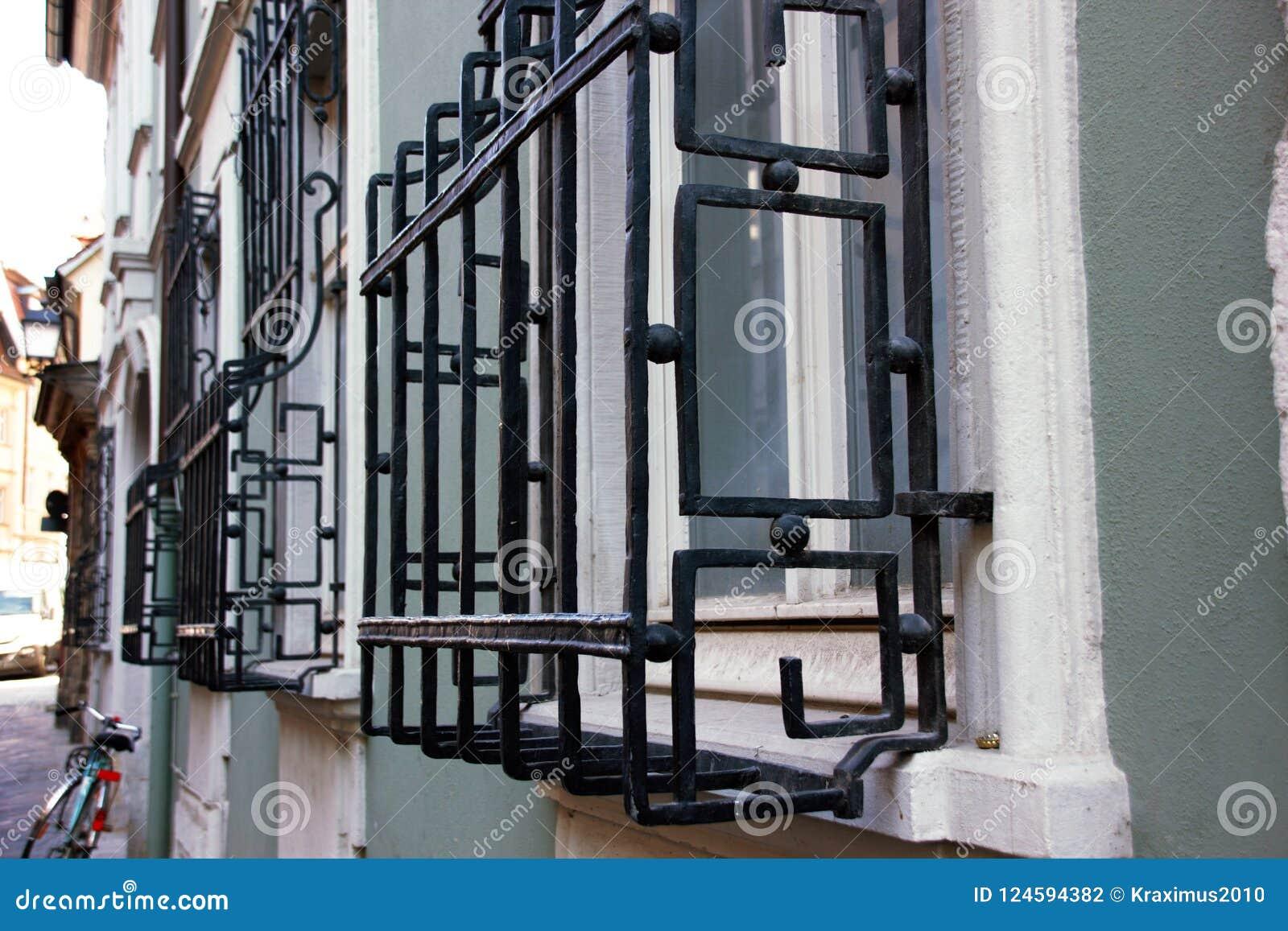Gut bekannt Gitter Vor Ihrem Fenster Dienen Ihren Schutz/ Stockfoto - Bild von FK33