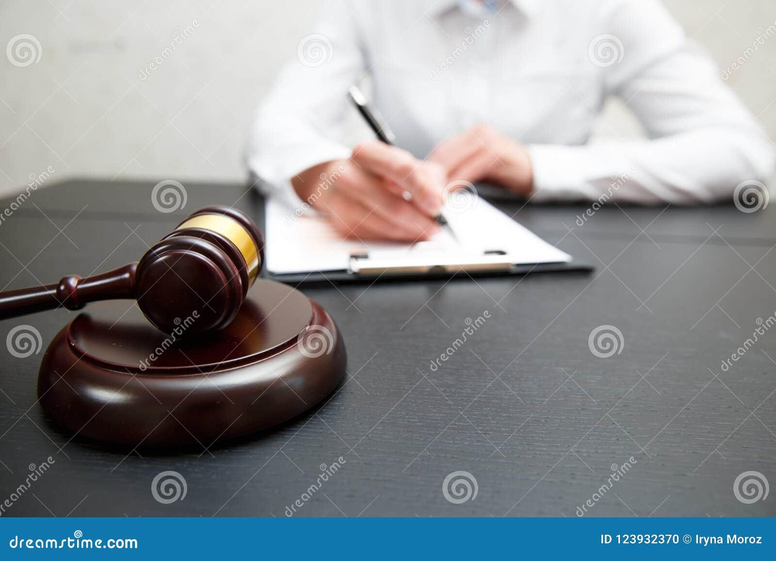Giudichi gli avvocati del martelletto giustamente che hanno riunione del gruppo allo studio legale