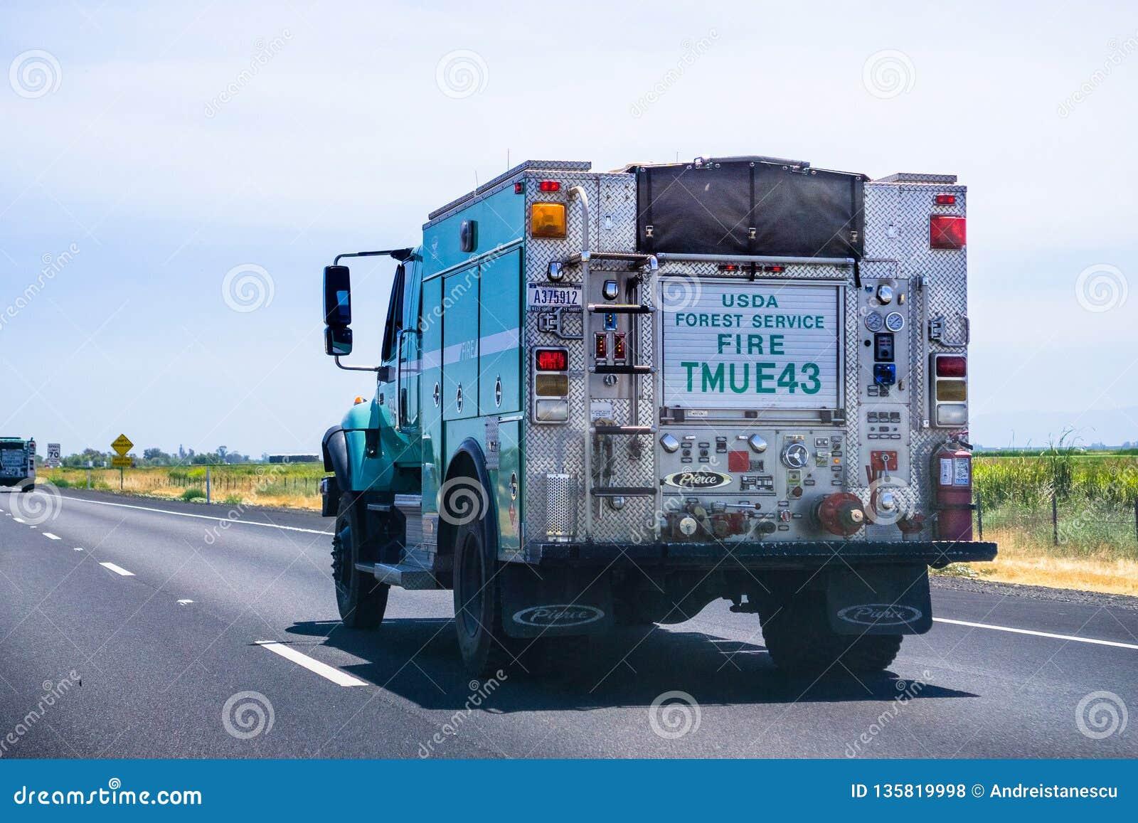 26 giugno 2018 Redding/CA/U.S.A. - camion di usda Forest Service Fire che guida sul da uno stato all altro