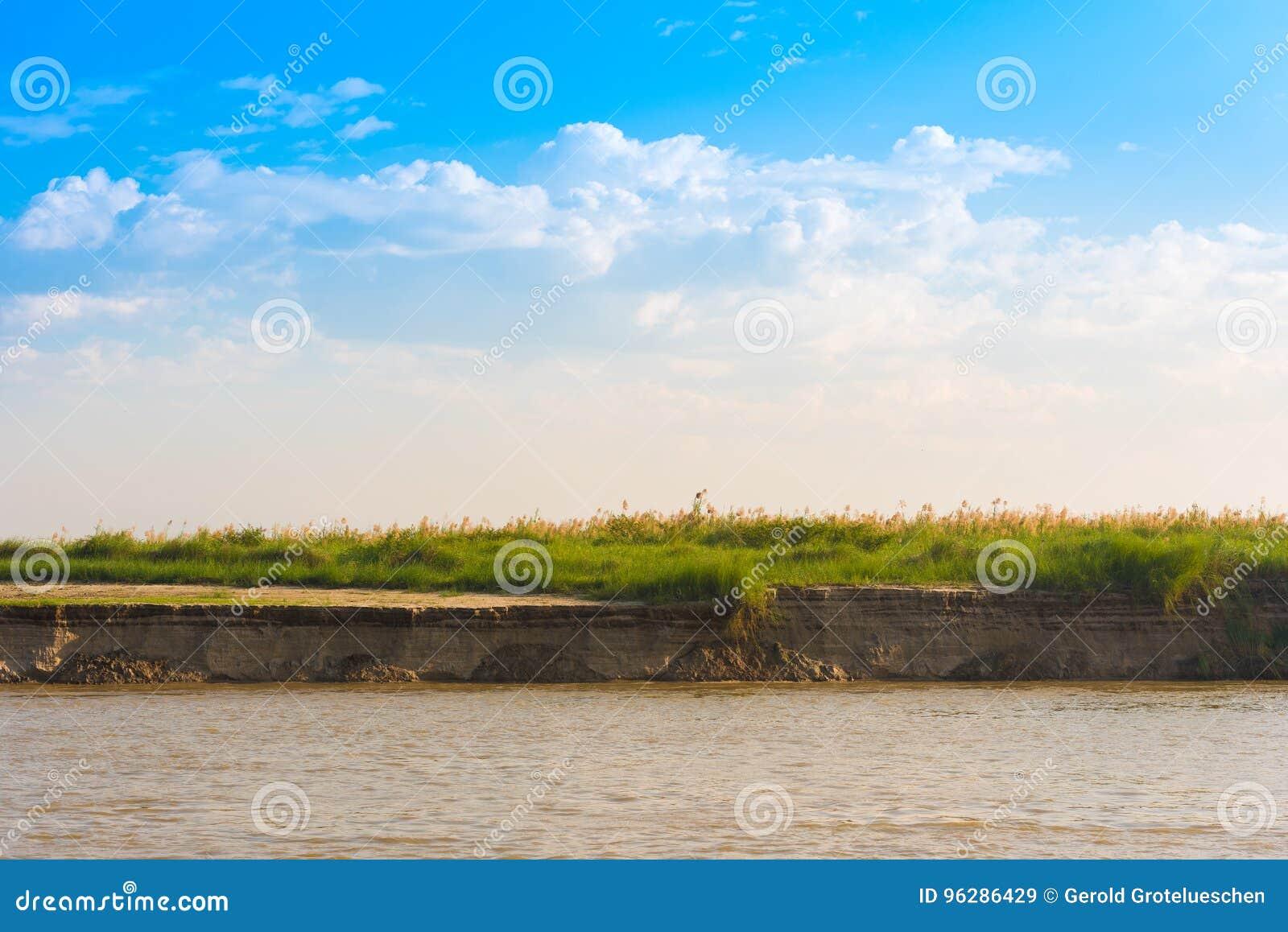 Giunco sul fiume di Irrawaddy, Mandalay, Myanmar, Birmania Copi lo spazio per testo