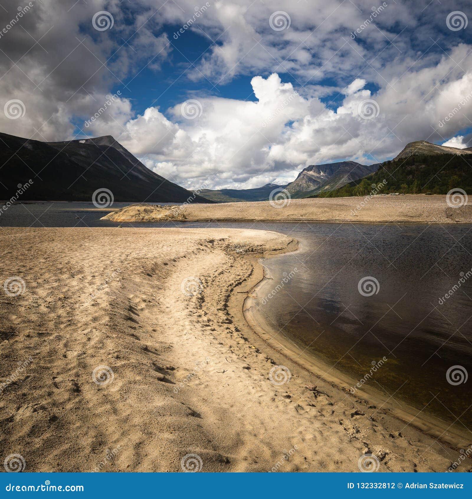 Gjevilvatnet jeziorni brzeg, Trollheimen góry, Norwegia