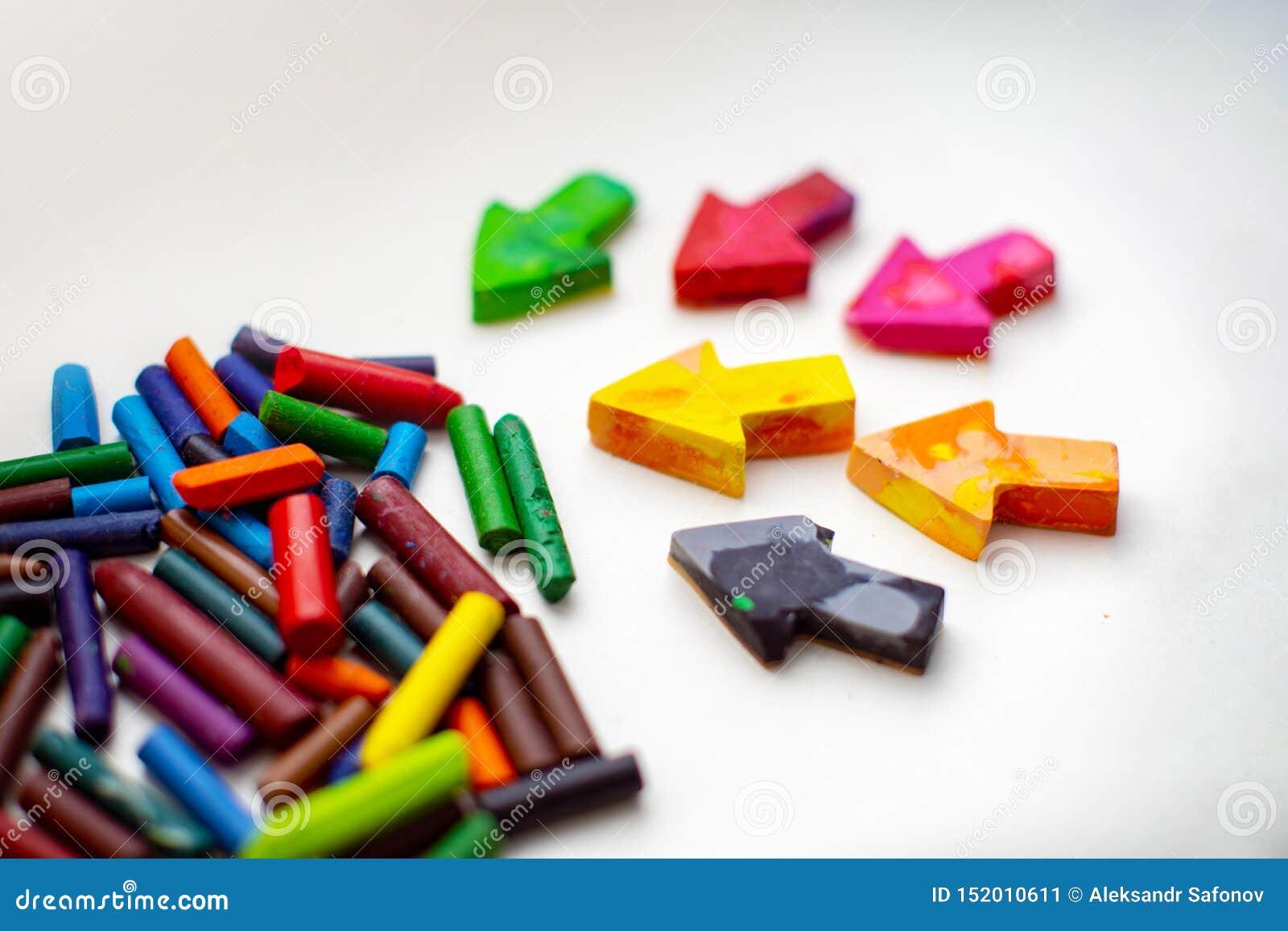 Gjorda hemlagade vaxblyertspennor från haveriet av gamla färgpennor, genom att smälta dem i ugnen på hög temperatur i silikonform