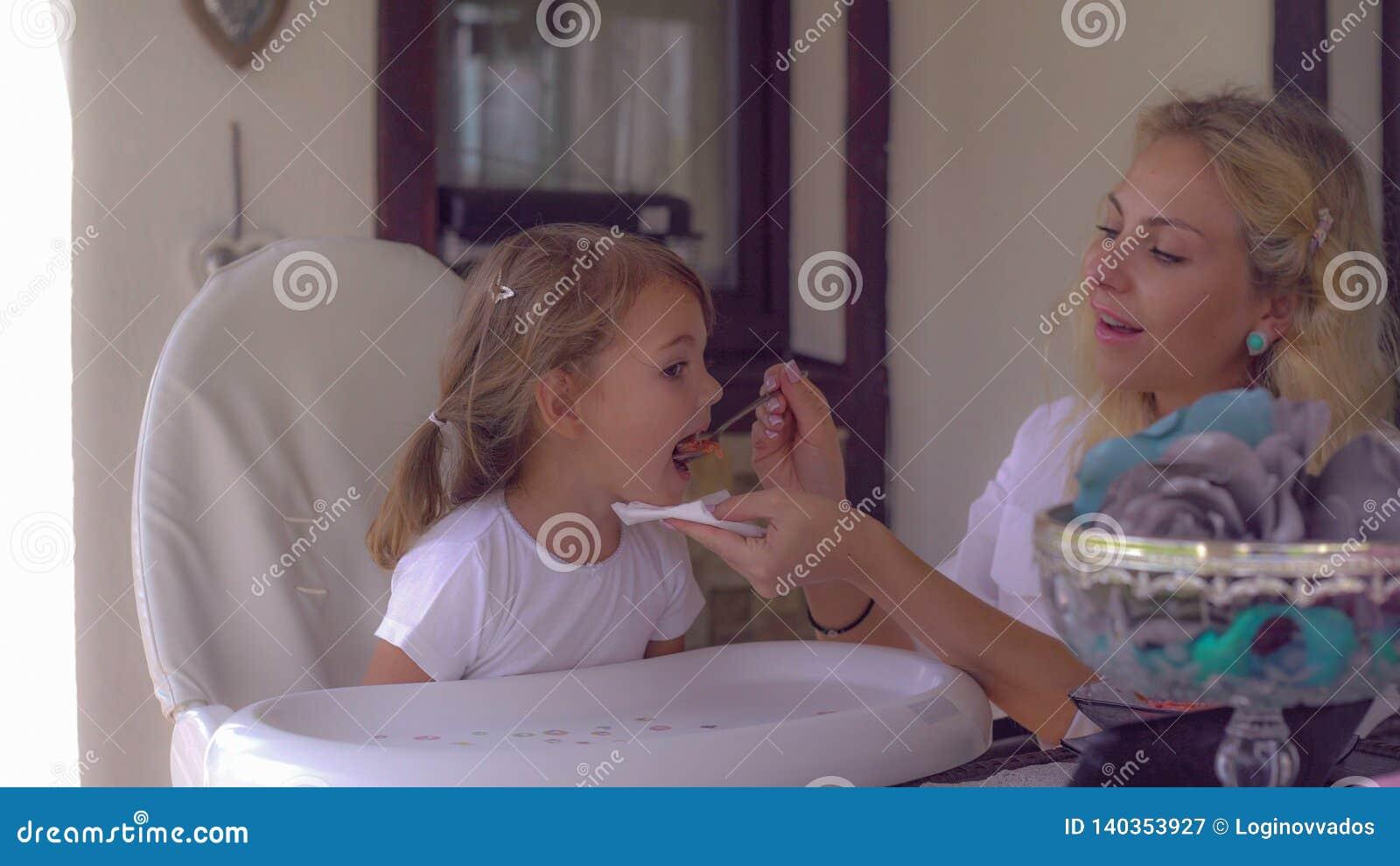 Glückliche Familie mit Kind genießen das Mittagessen