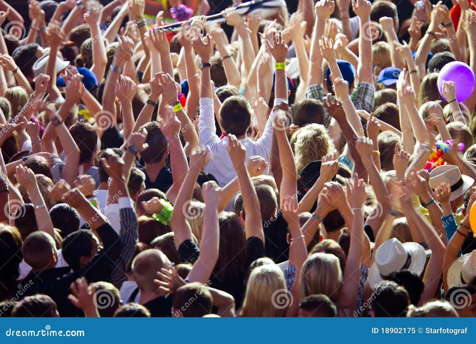Glädjande folkmassa
