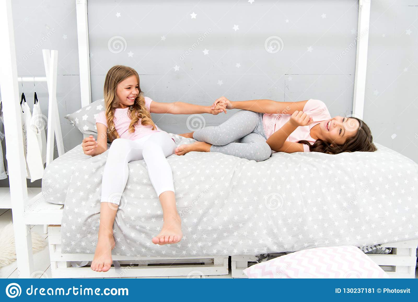 Glädje och lycka Lurar flickasysterbästa vän mycket av energi i gladlynt lynne Begrepp för bra morgon Barn