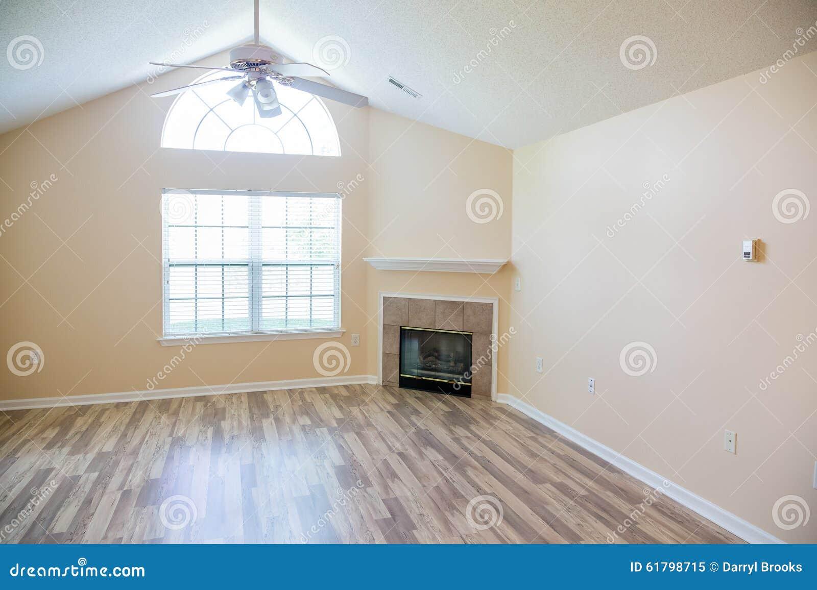 Glanzender Neuer Massivholzboden Mit Kamin In Der Ecke Stockbild Bild Von Massivholzboden Neuer 61798715