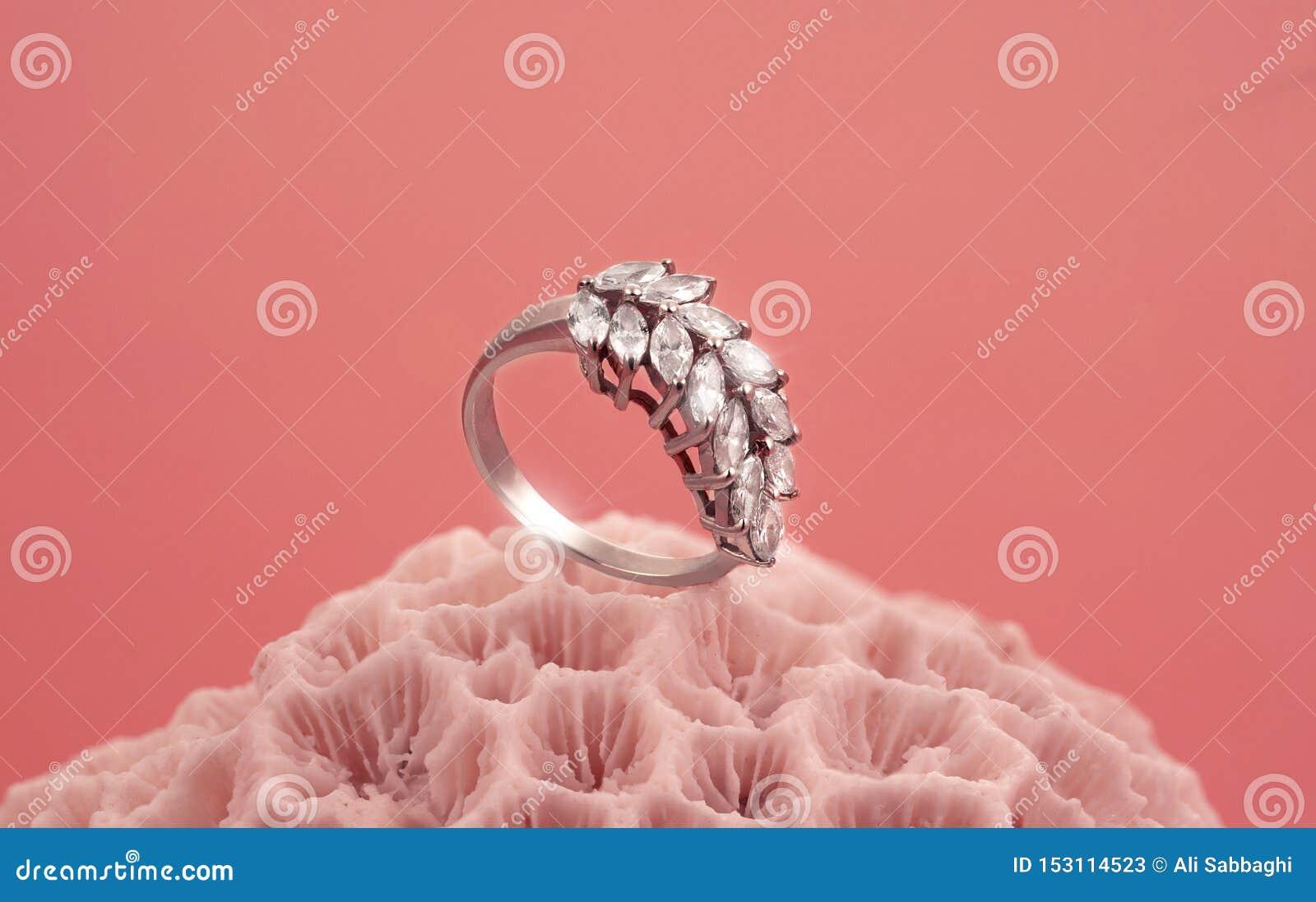 Glänzender Ring auf dem korallenroten Stein