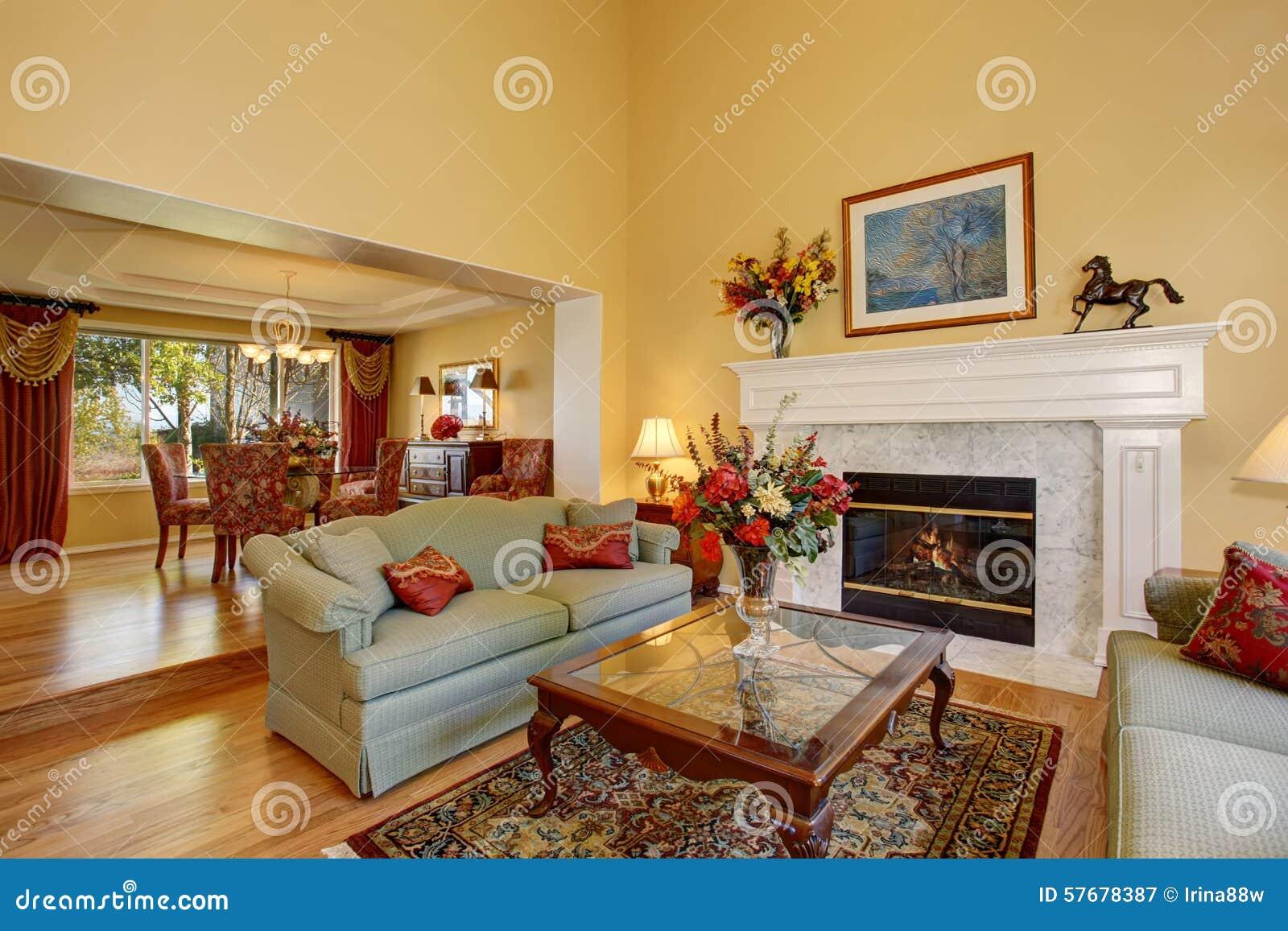 glänzendes wohnzimmer mit grünen sofas und gelbe wände stockfoto ... - Wohnzimmer Gelb Orange