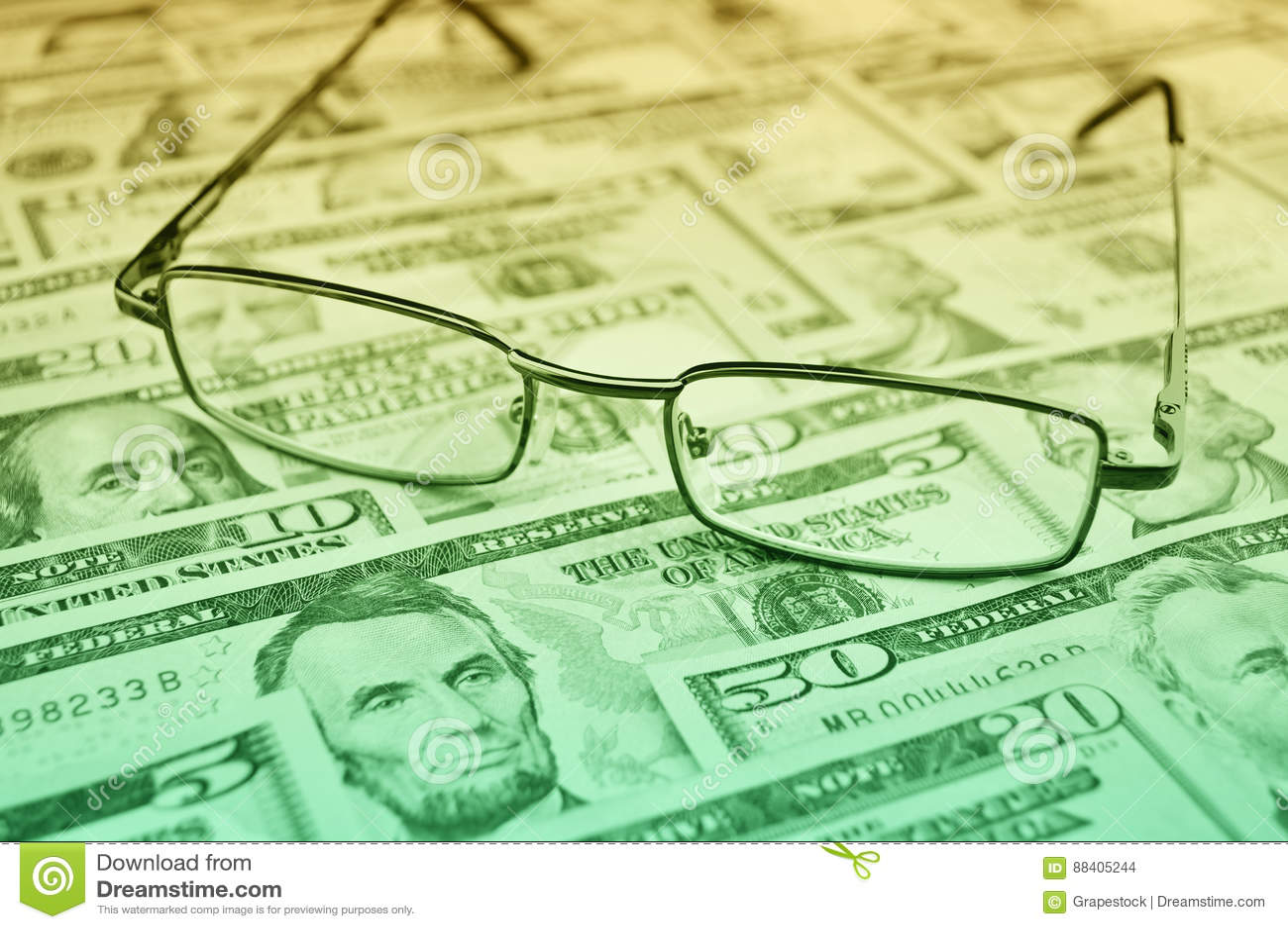 Gläser auf Dollargeld-, -finanz- und -geschäftskonzept