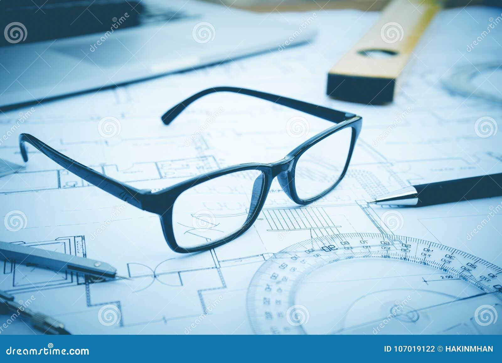 Gläser auf Plandesign Konzept der Architektur