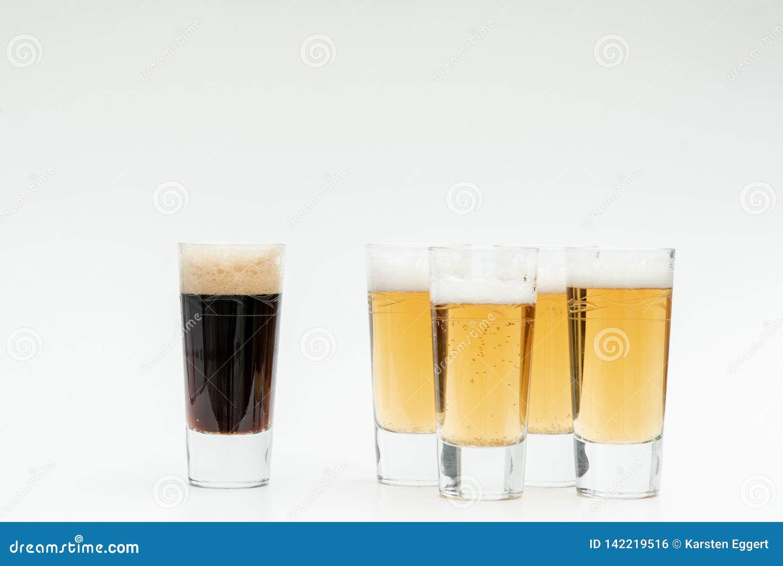 5 Gläser Bier symbolisieren Verschiedenartigkeit