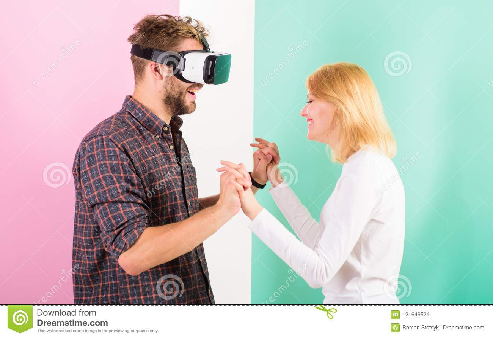 Gläser des Mannes VR genießen Videospiel Bestes Geschenk überhaupt Mann genießen virtuelle Realität Das glückliche Mädchen mag er
