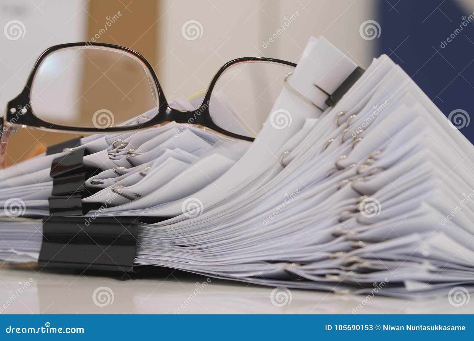Gläser gelegt auf fertiges Dokument am Arbeitsplatz in Morgen