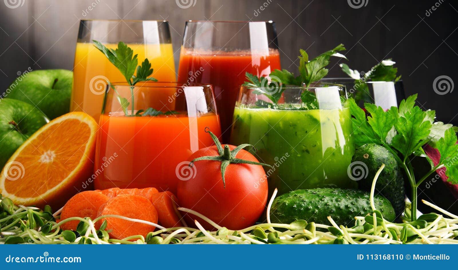 Gläser mit frischem organischem Gemüse und Fruchtsäften