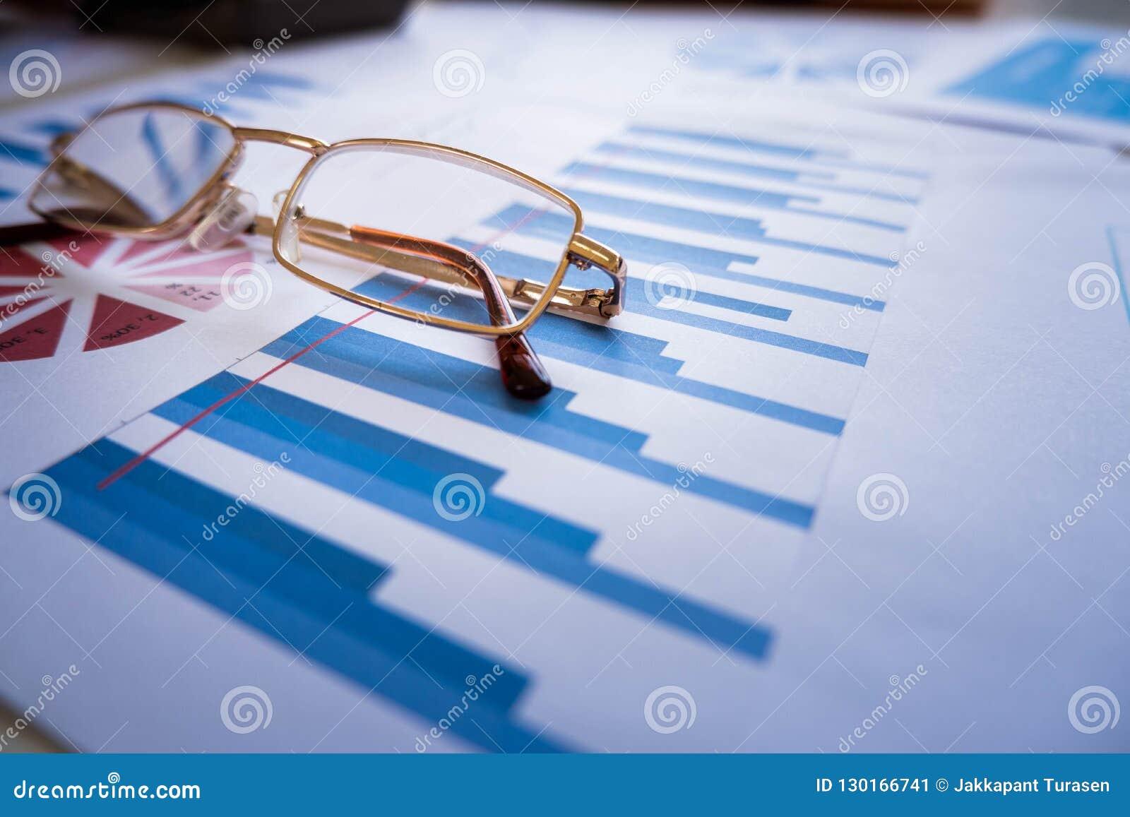 Gläser setzen auf Schreibarbeit