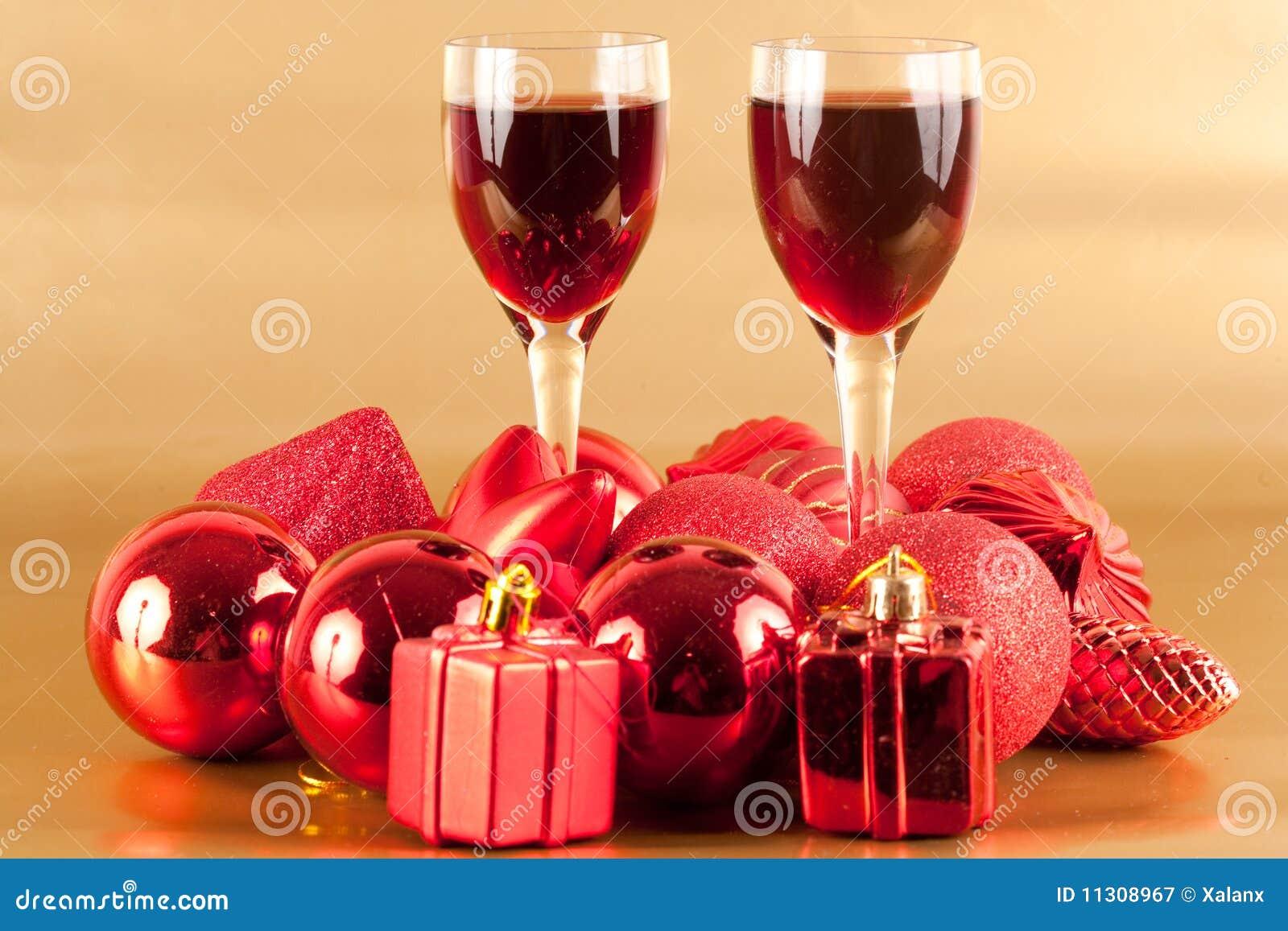 Gläser Wein mit Weihnachtsdekoration