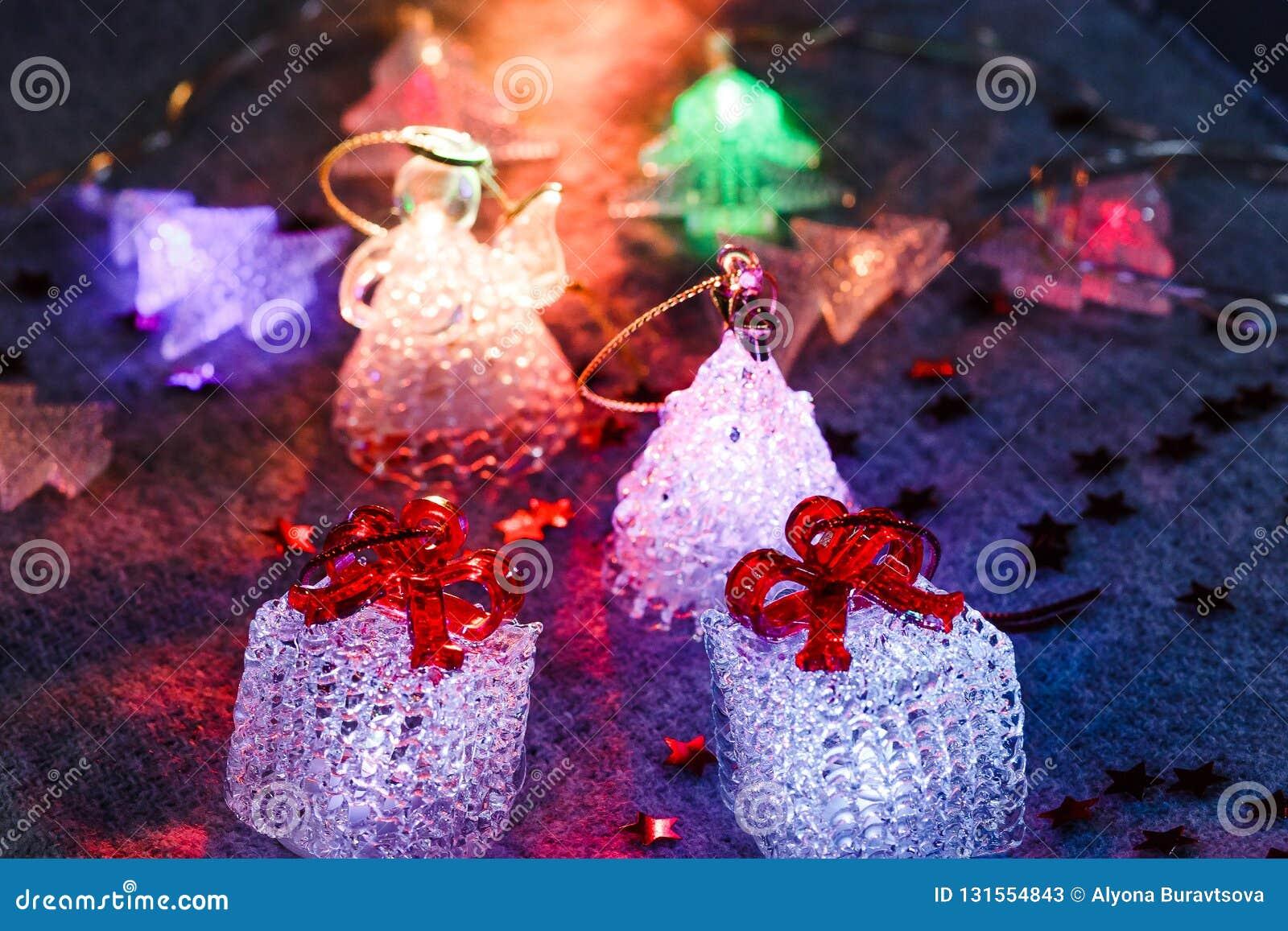 Glödande leksaker på grå bakgrund, festliga glödande kuber, jul