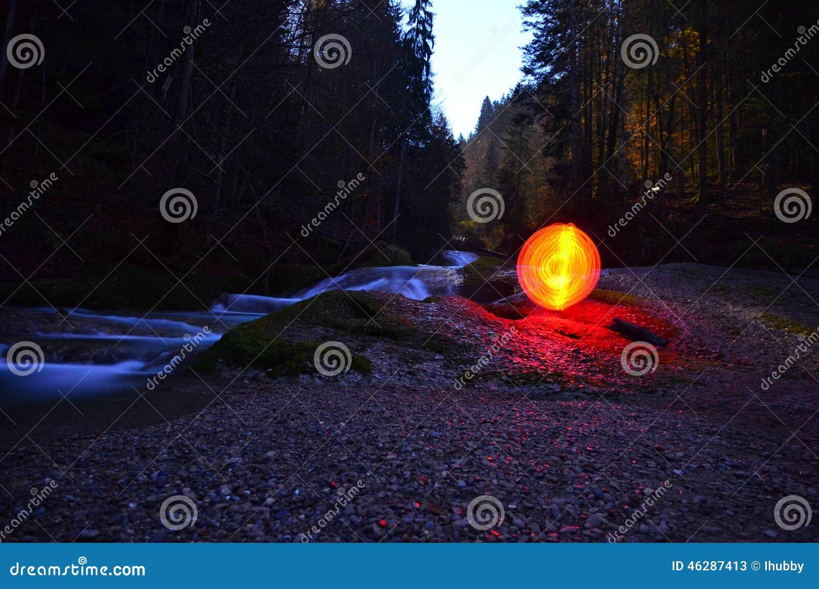 Glödande röd orb bredvid vatten