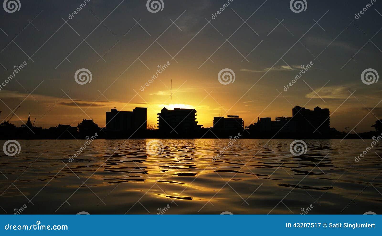 Download Glödsolnedgång fotografering för bildbyråer. Bild av östligt - 43207517