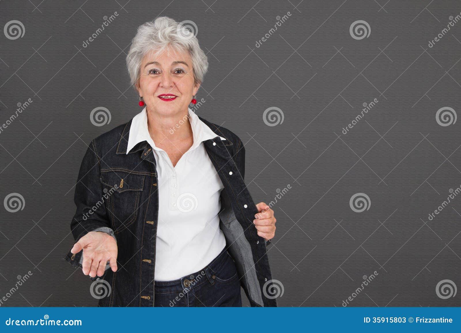Glückliche ältere Dame mit Gespür