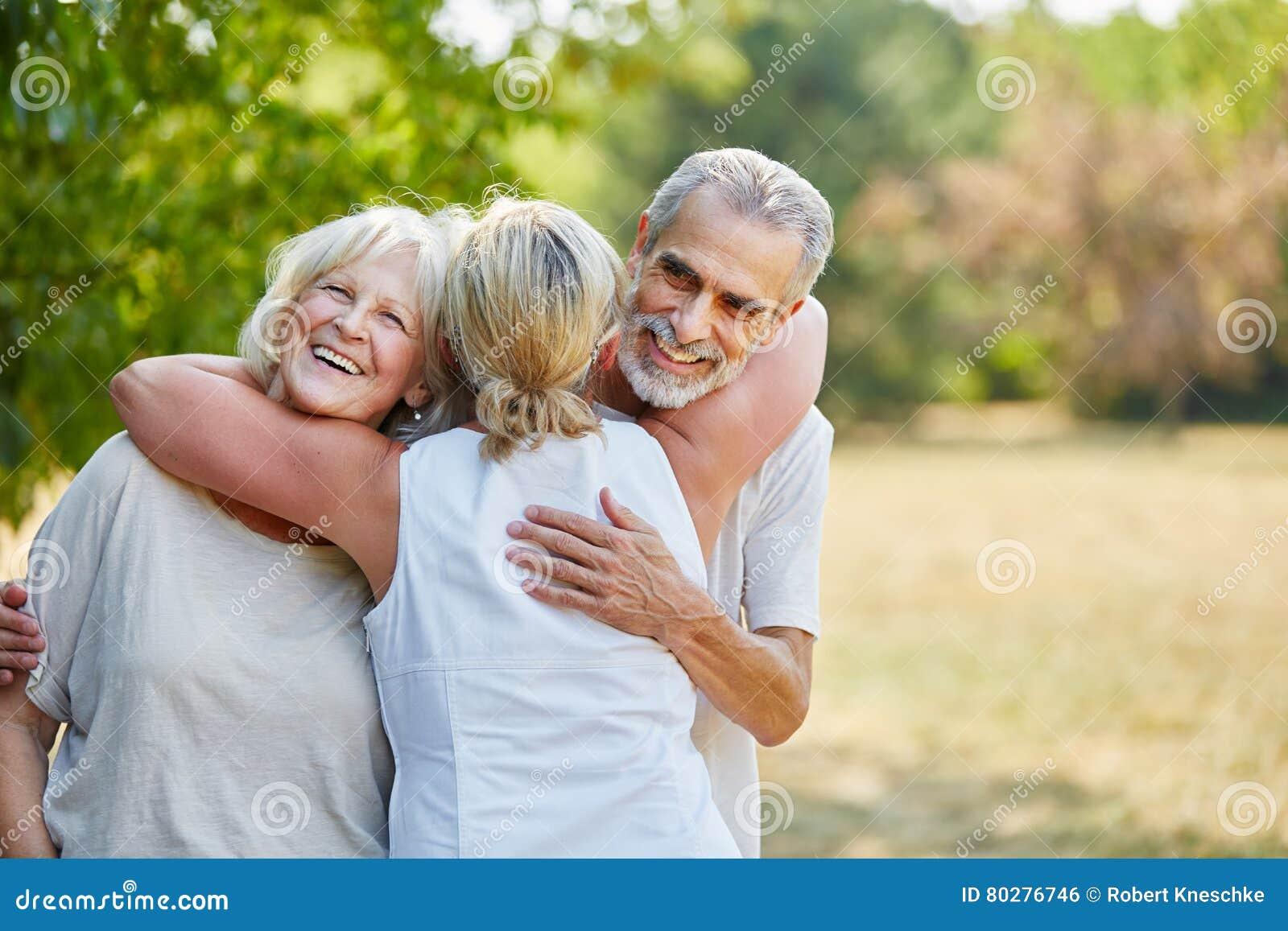 Glückliche ältere Freunde, die sich umarmen
