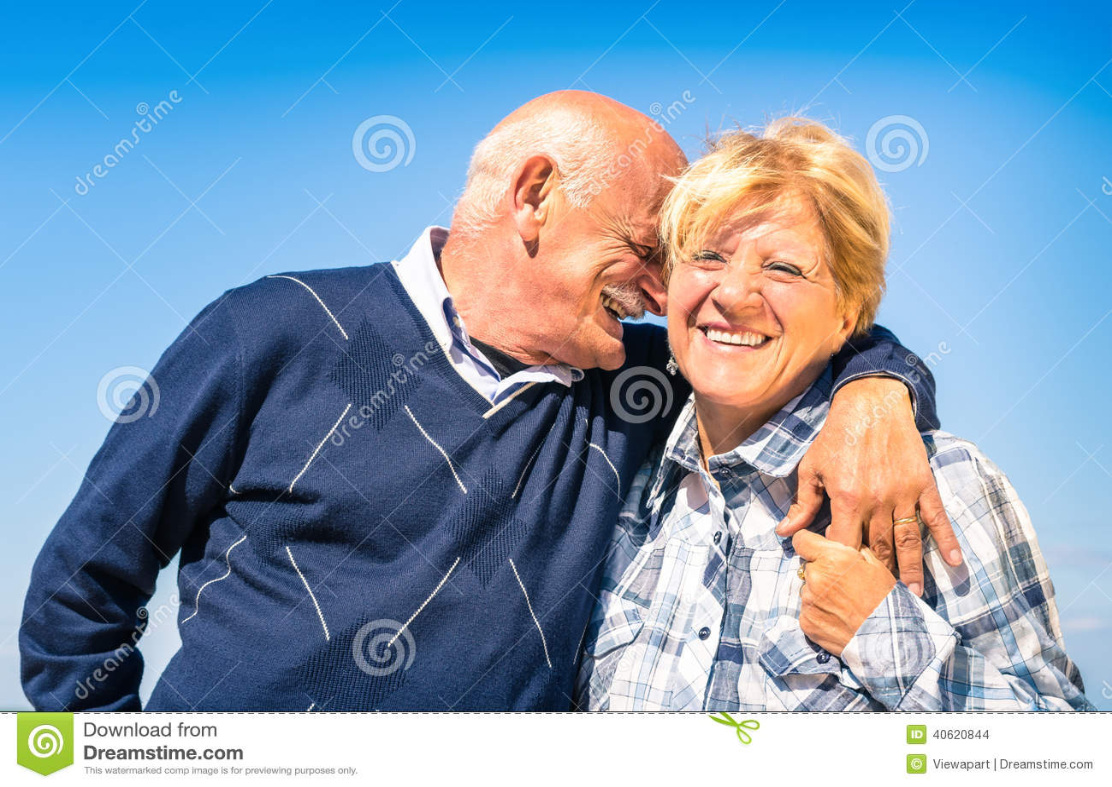 Glückliche ältere Paare in der Liebe am Ruhestand - froher älterer Lebensstil