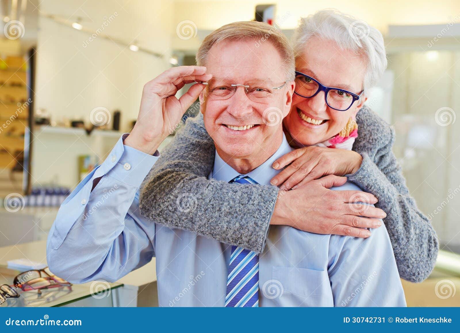 Glückliche ältere Paare mit neuem