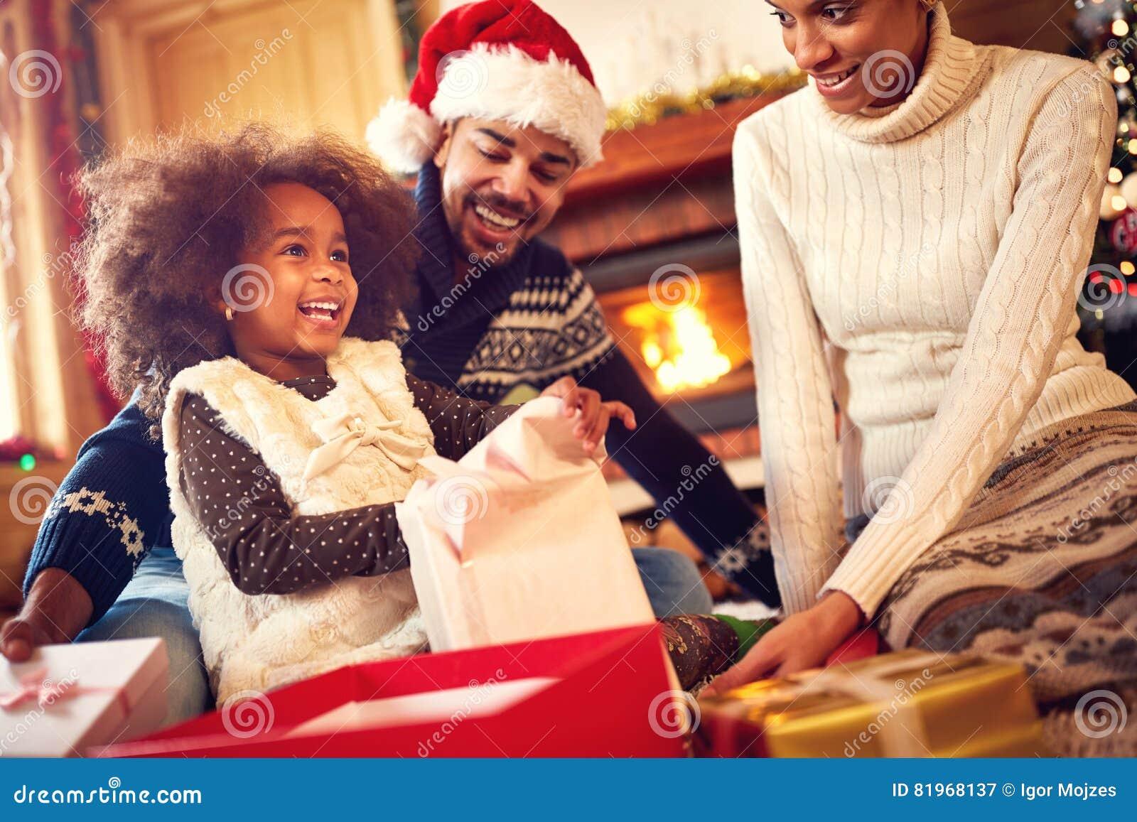 Glückliche Afroe-amerikanisch Familienöffnung Weihnachtsgeschenke ...