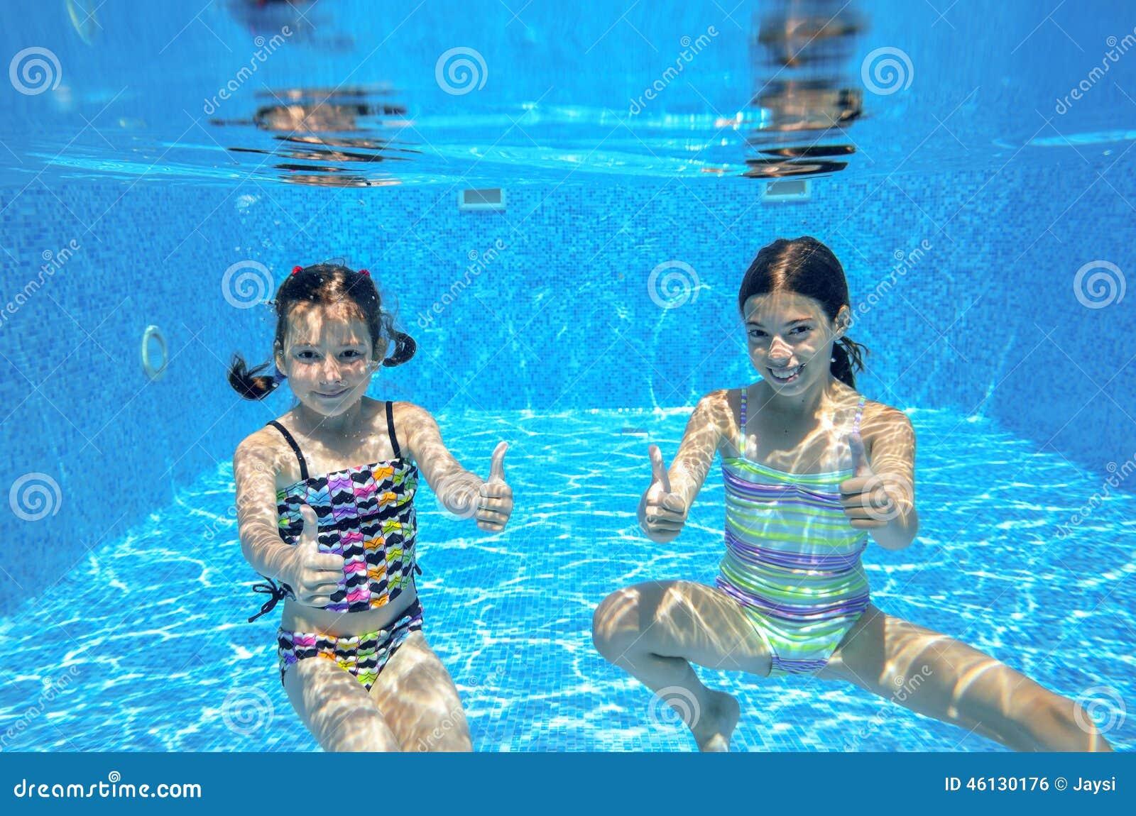 Glückliche Aktive Kinder Schwimmen Im Pool Und Im Spiel Unter Wasser