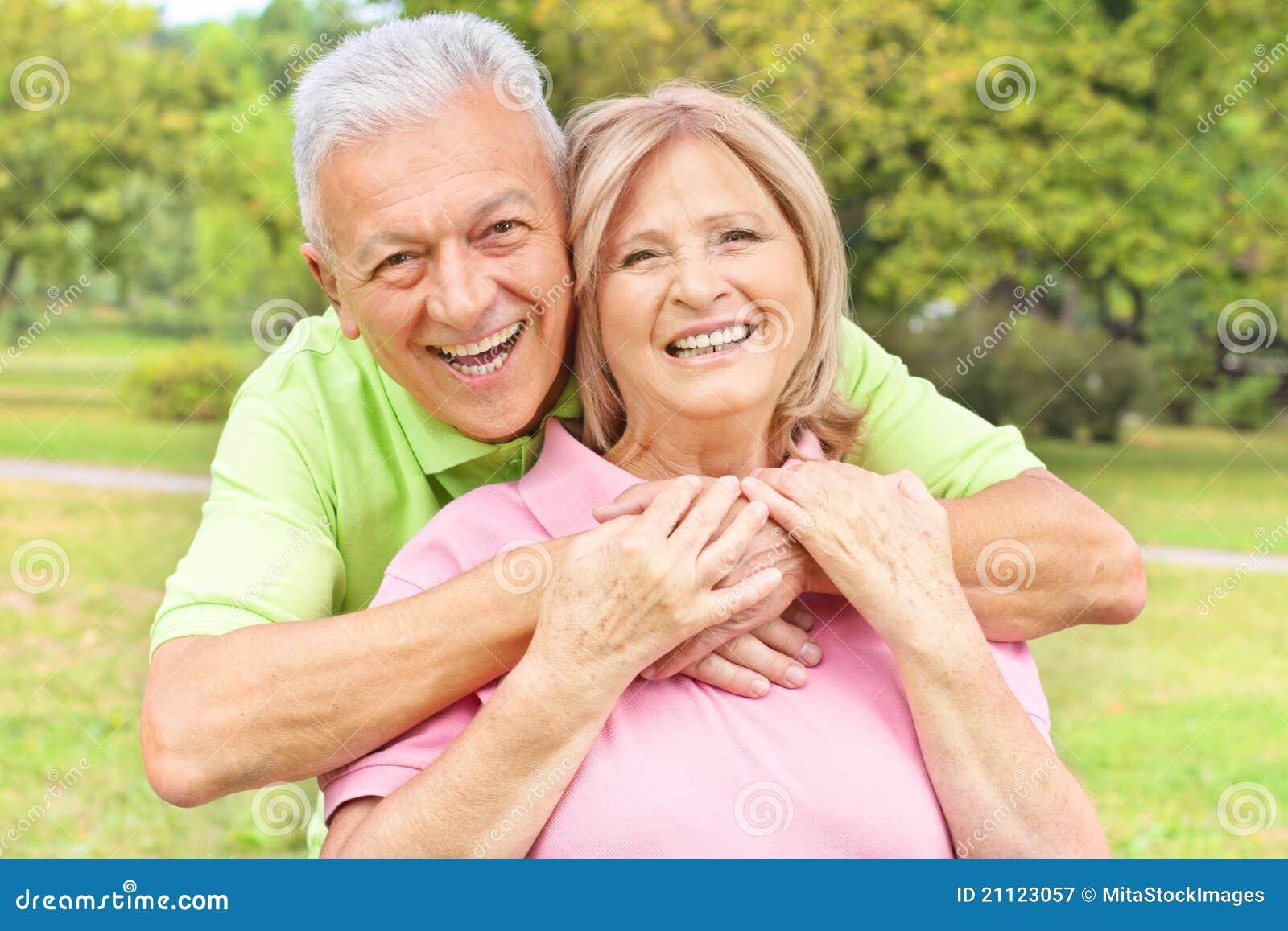 Glückliche alte Leute draußen