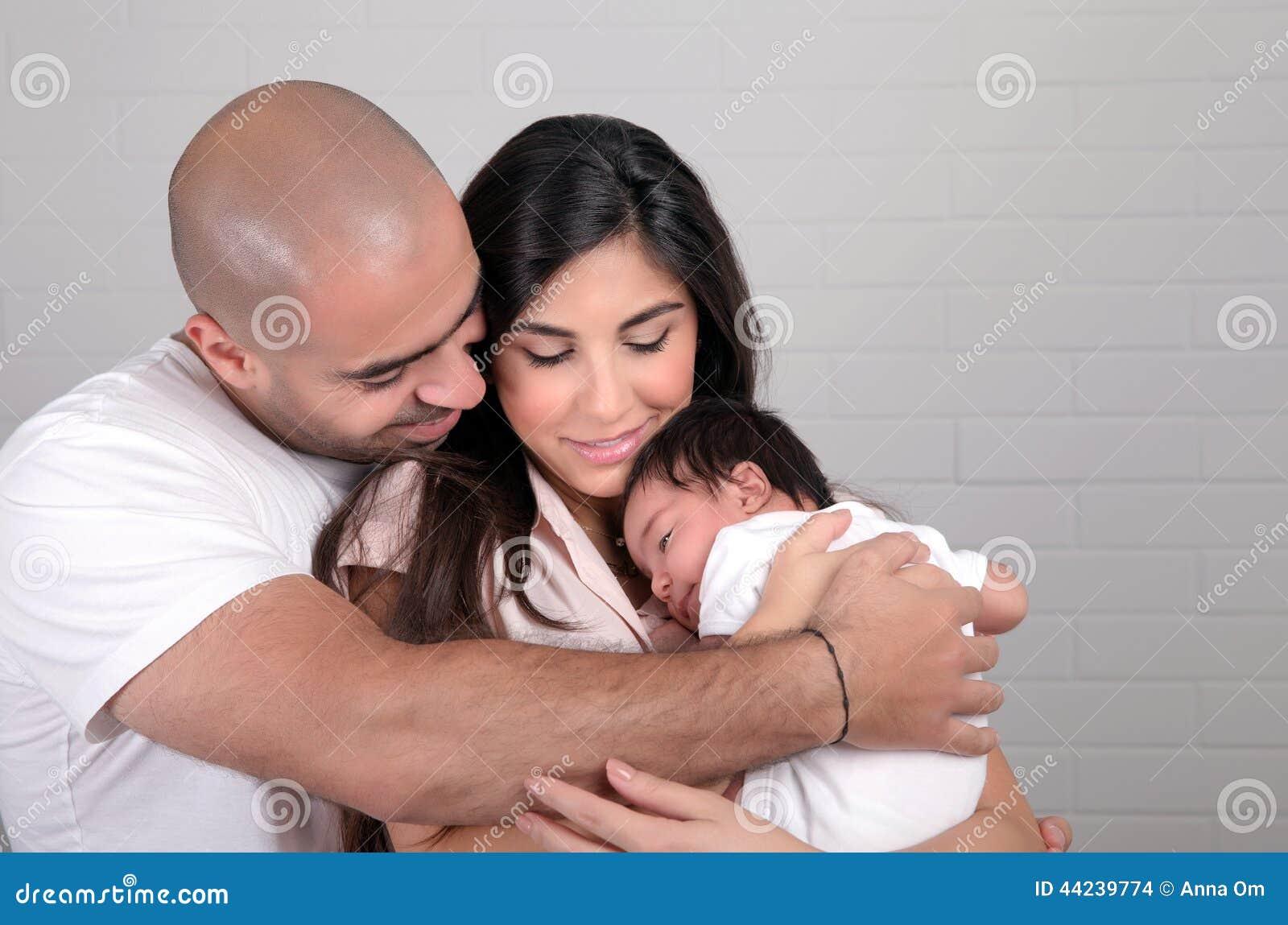 Glückliche arabische Familie zu Hause
