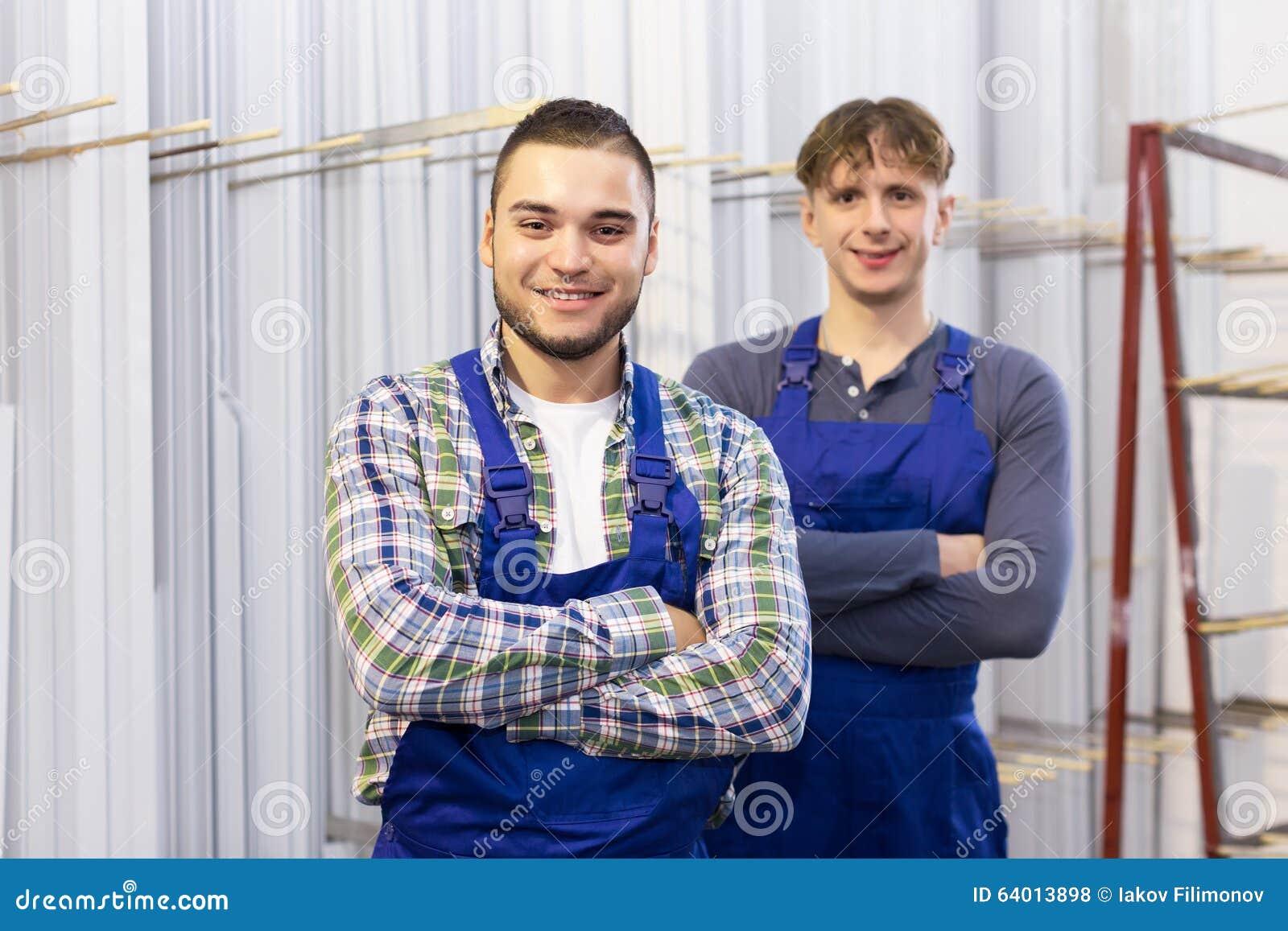 Glückliche Arbeiter Nähern Sich PVC-Fensterrahmen Stockfoto - Bild ...