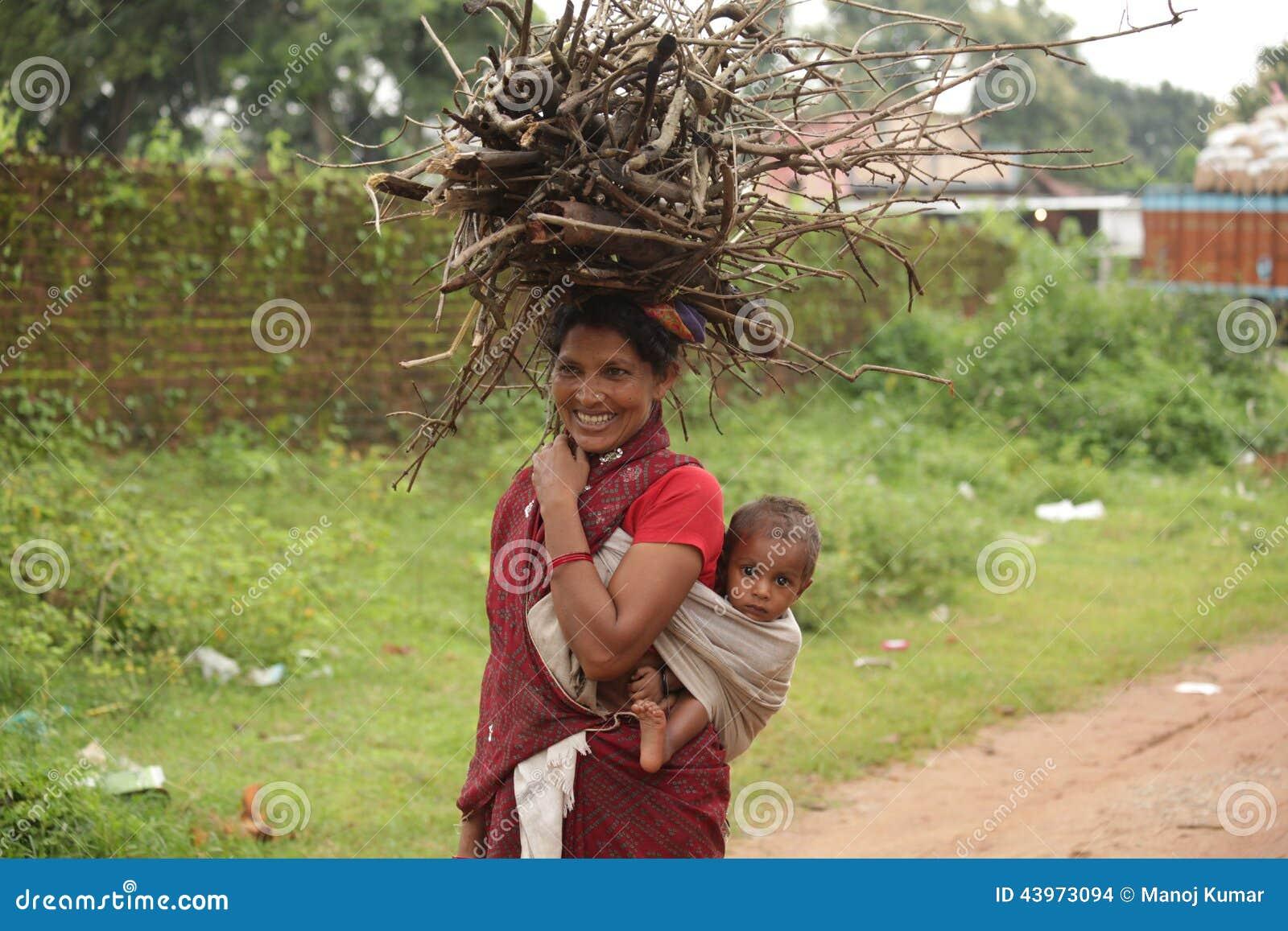 Glückliche arme Frau