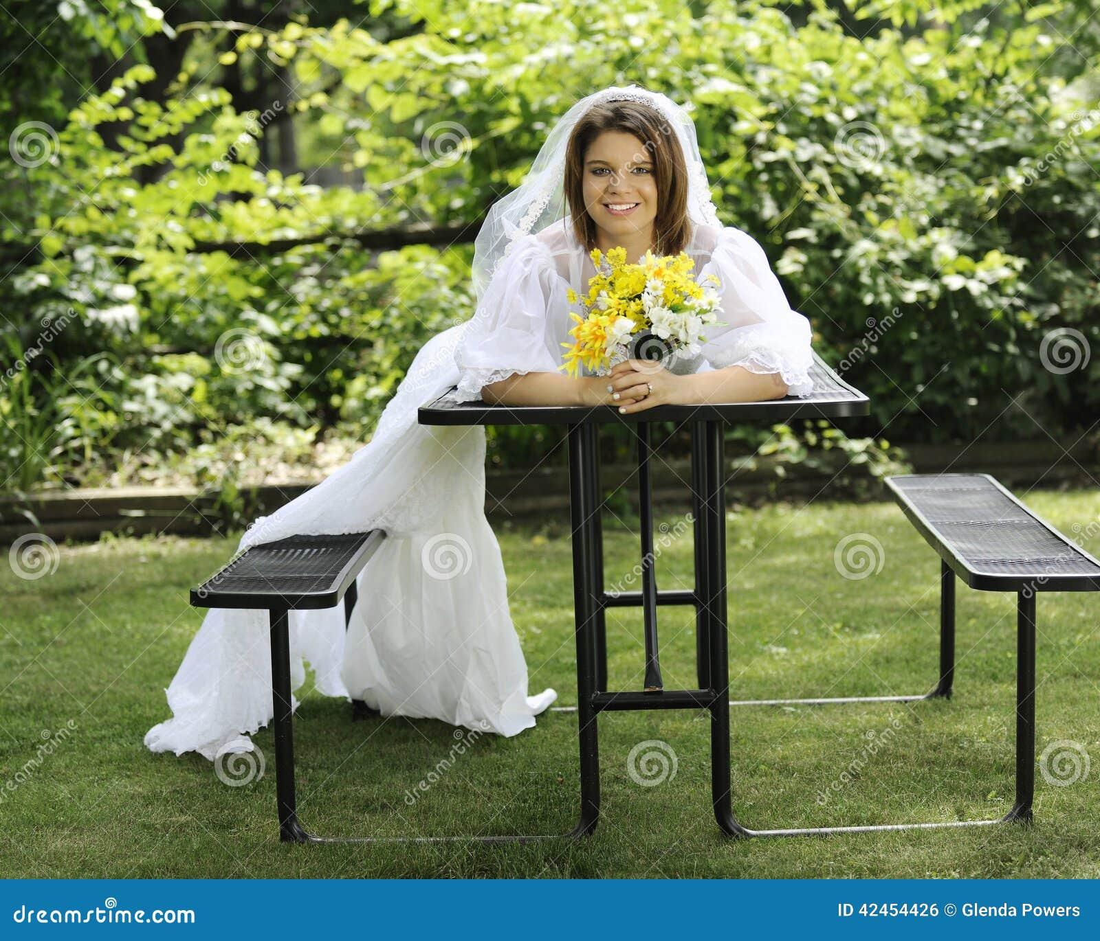 Glückliche Braut mit sinkendem Zug