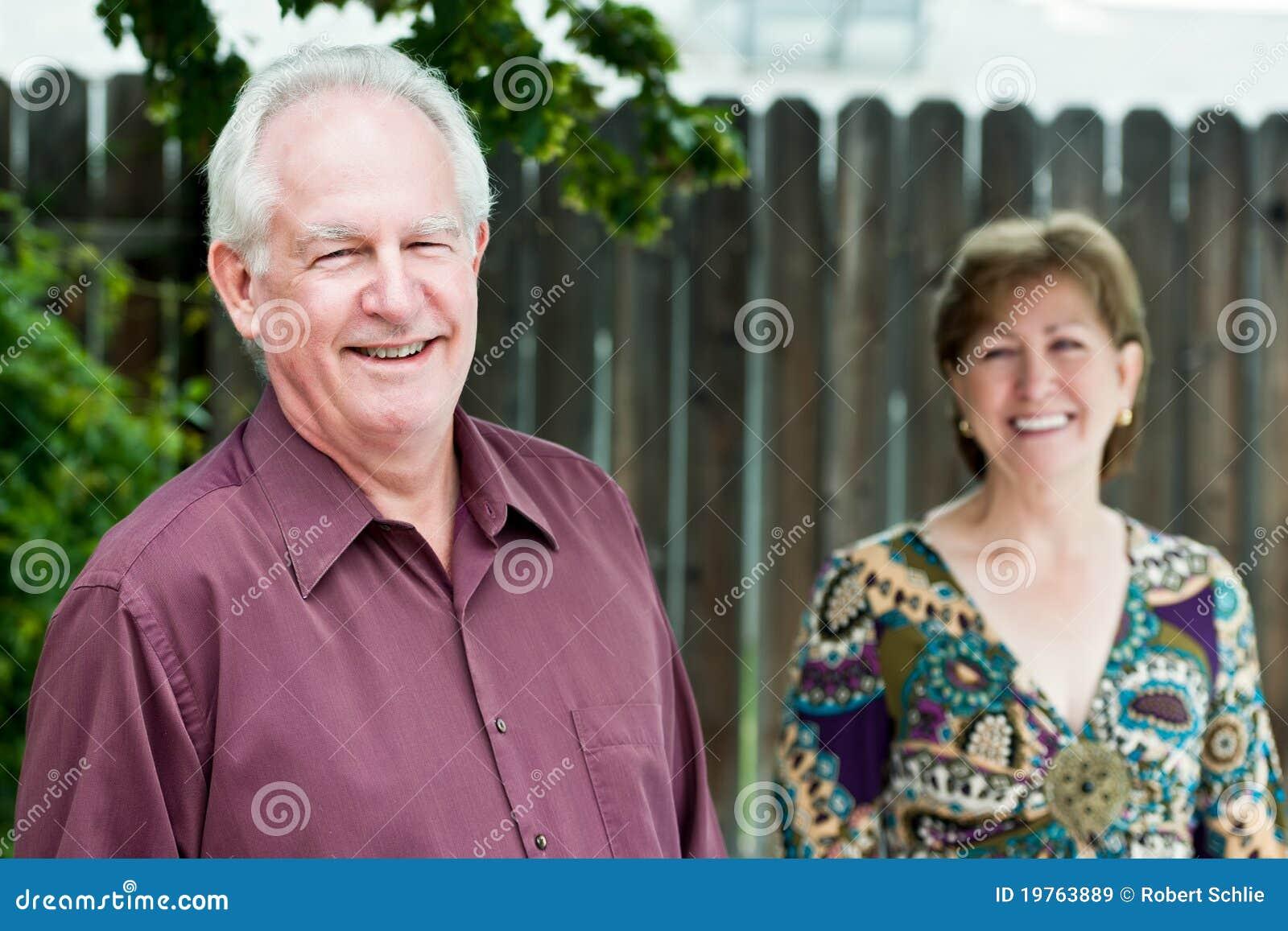 Glückliche fällige Paare draußen