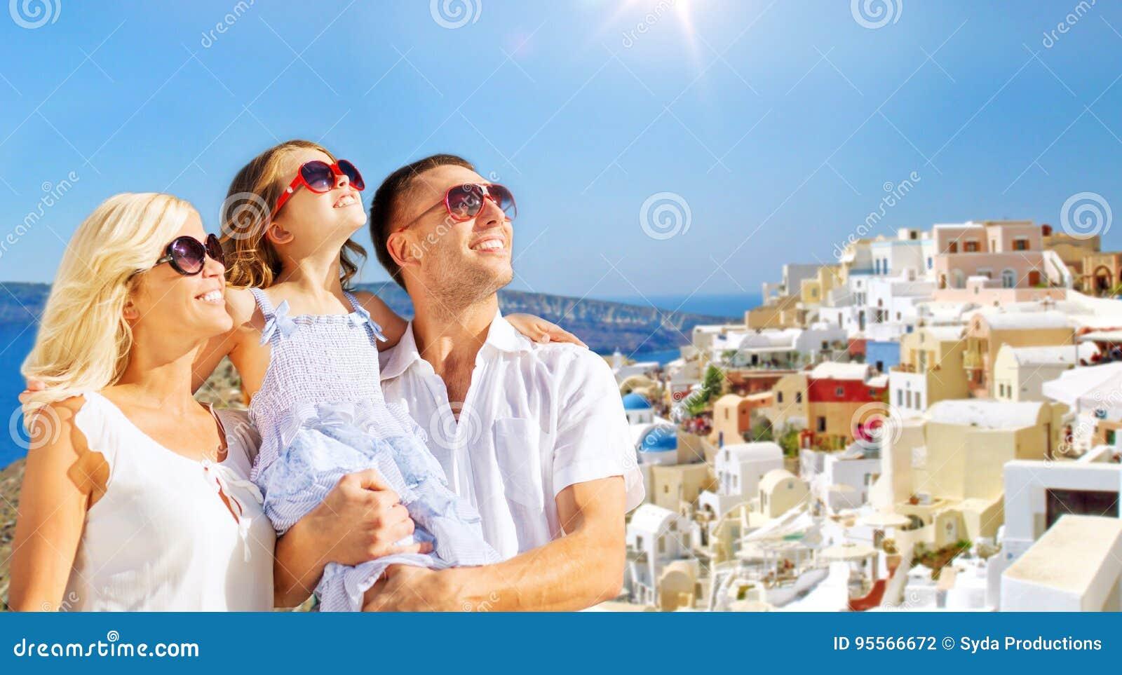 Glückliche Familie über santorini Inselhintergrund