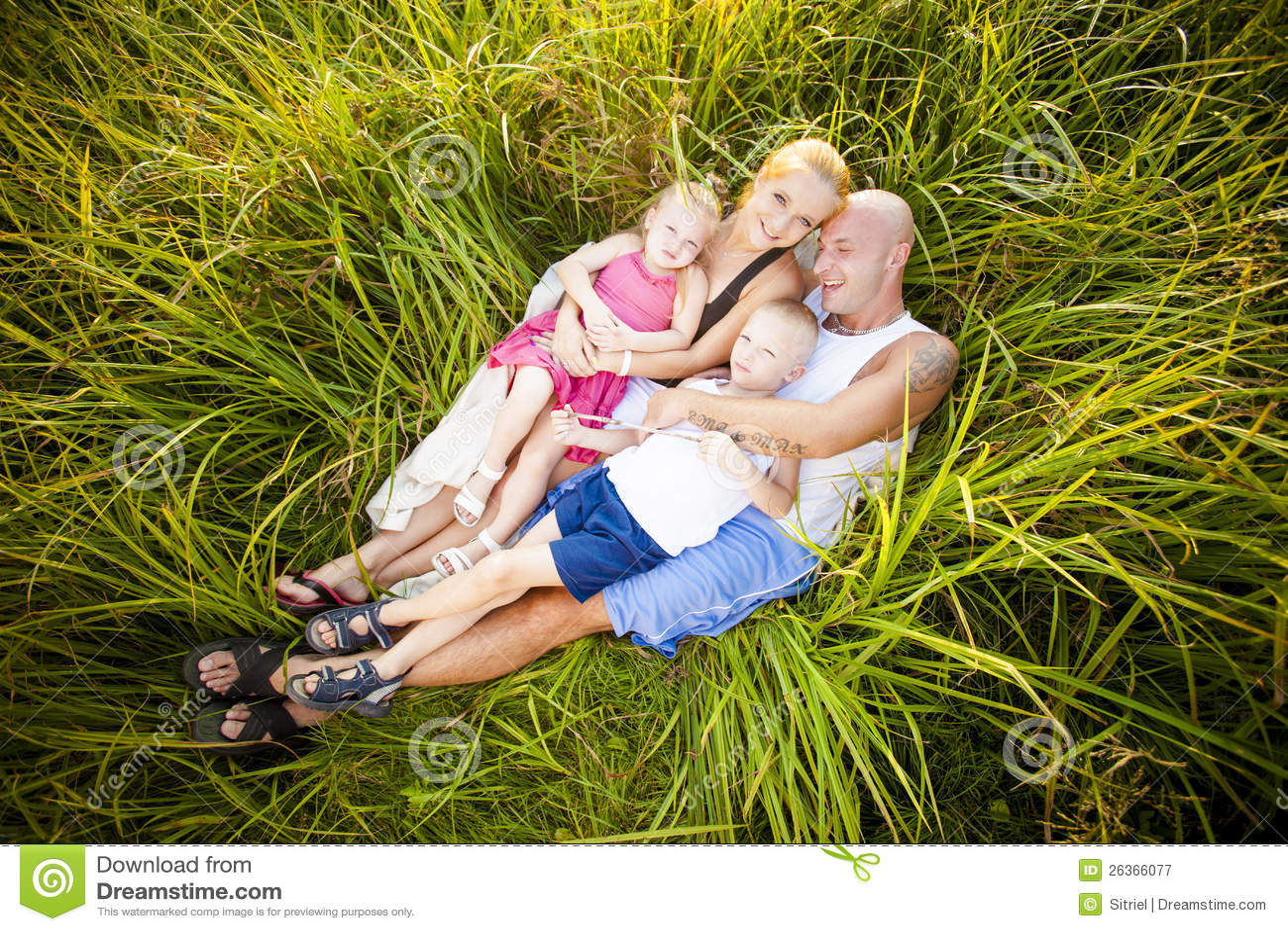 Glückliche Familie auf einer Wiese