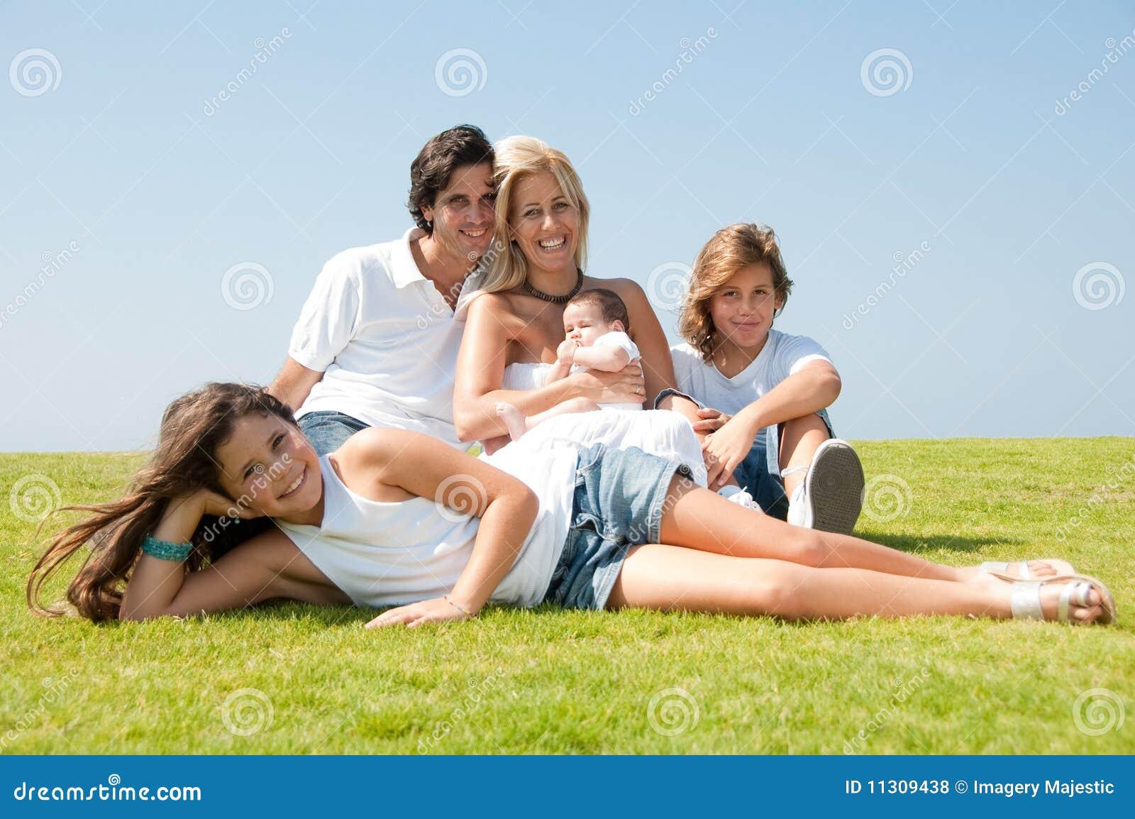 Glückliche Familie auf Gras