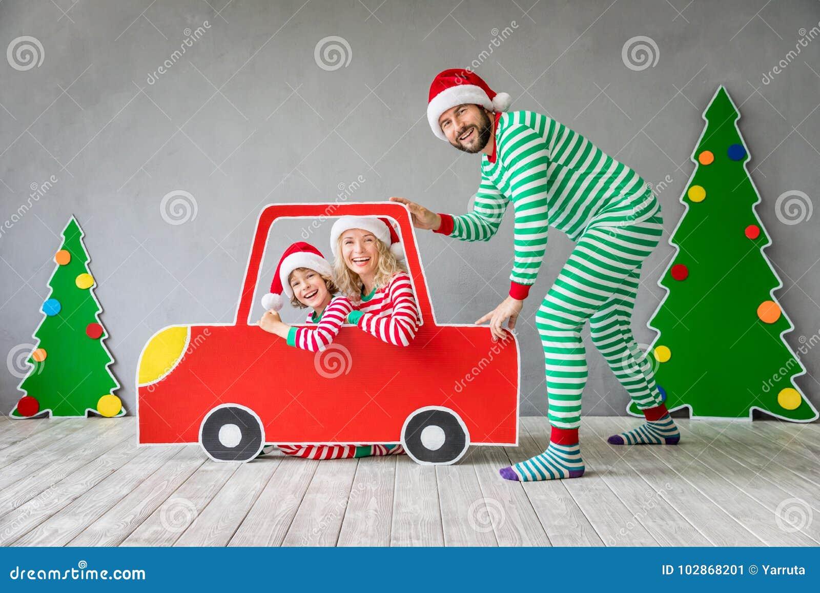 Glückliche Familie auf Weihnachtsabend