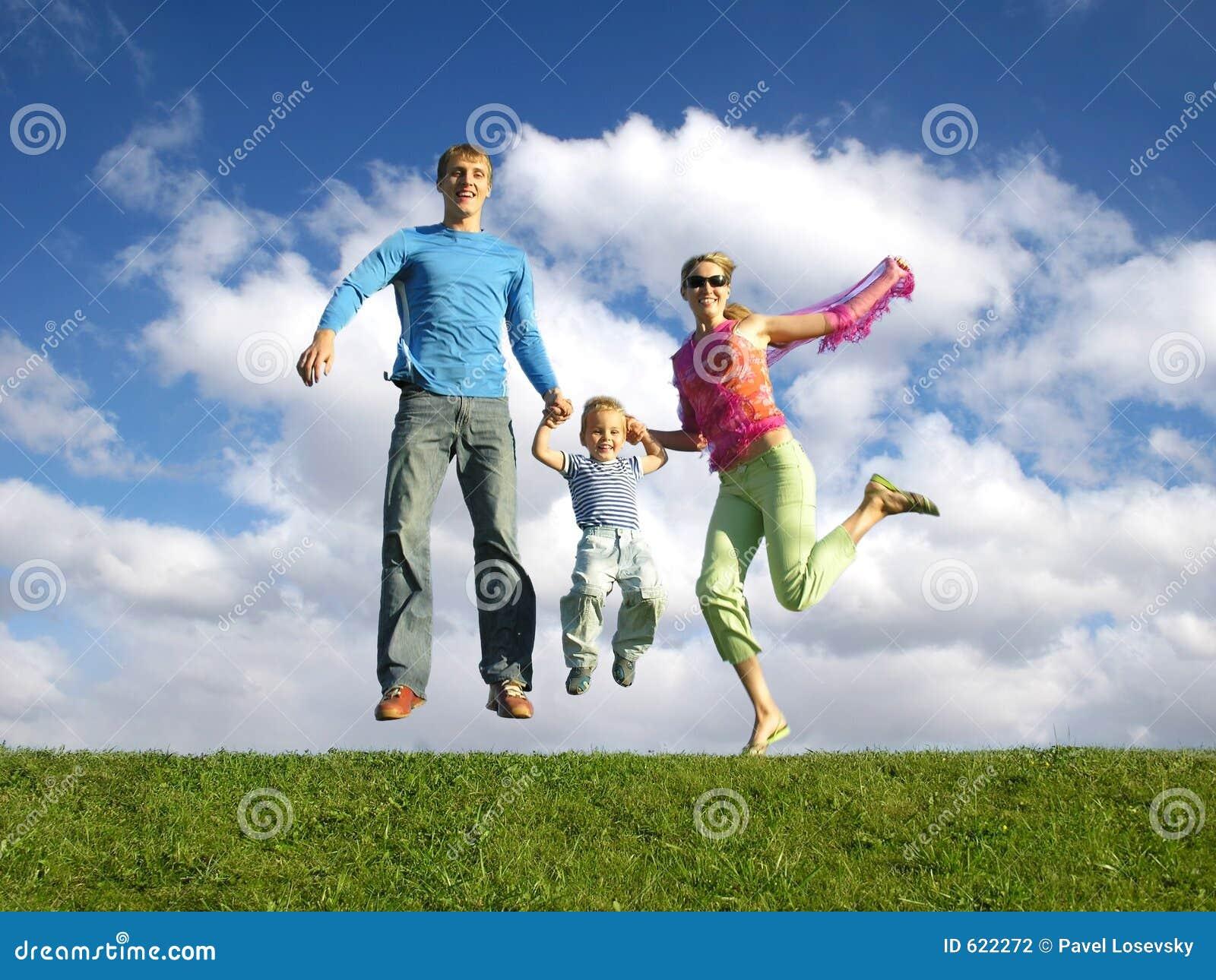 Glückliche Familie der Fliege mit Wolken